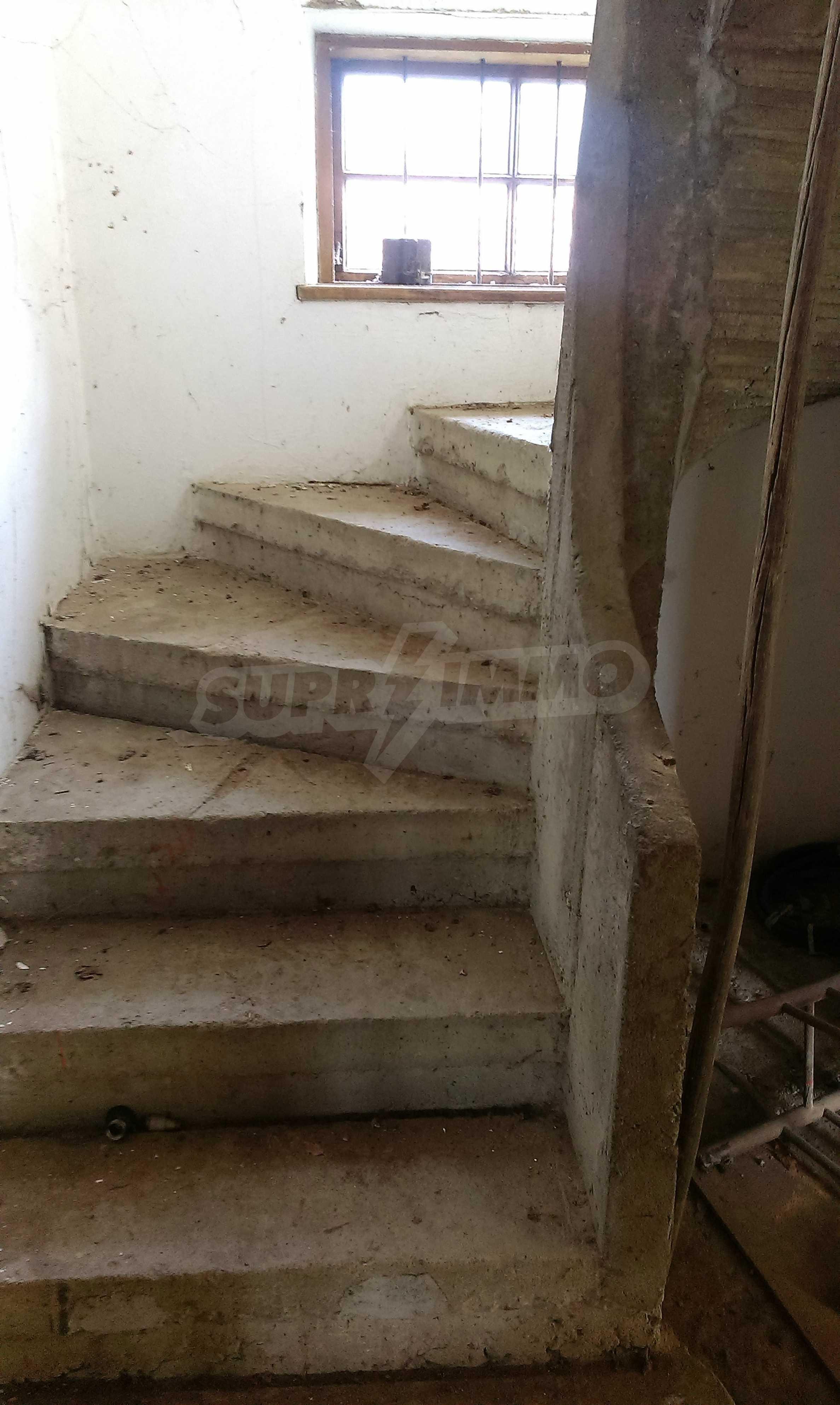 Двуетажна тухлена къща на 40 км от Велико Търново  10