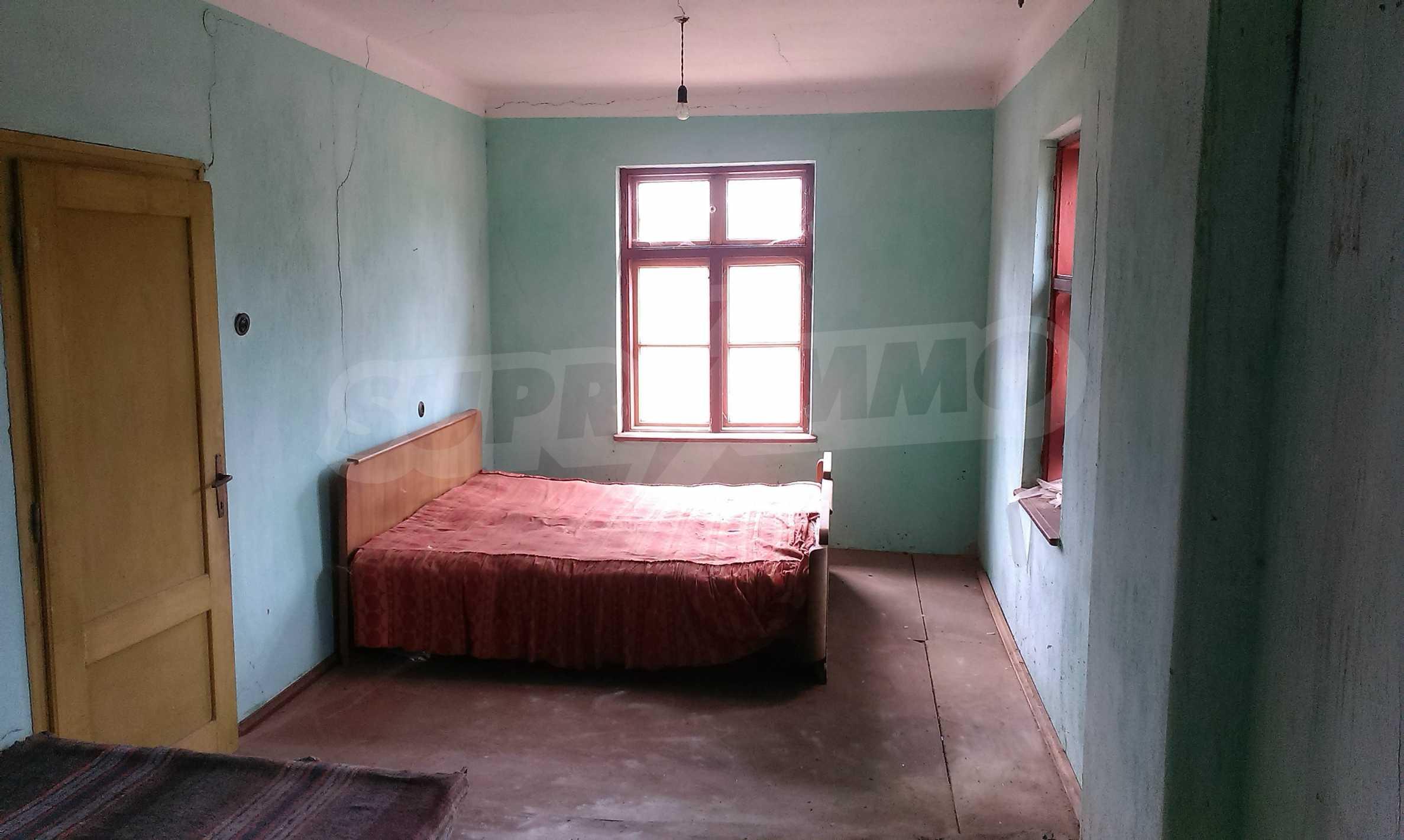 Двуетажна тухлена къща на 40 км от Велико Търново  11