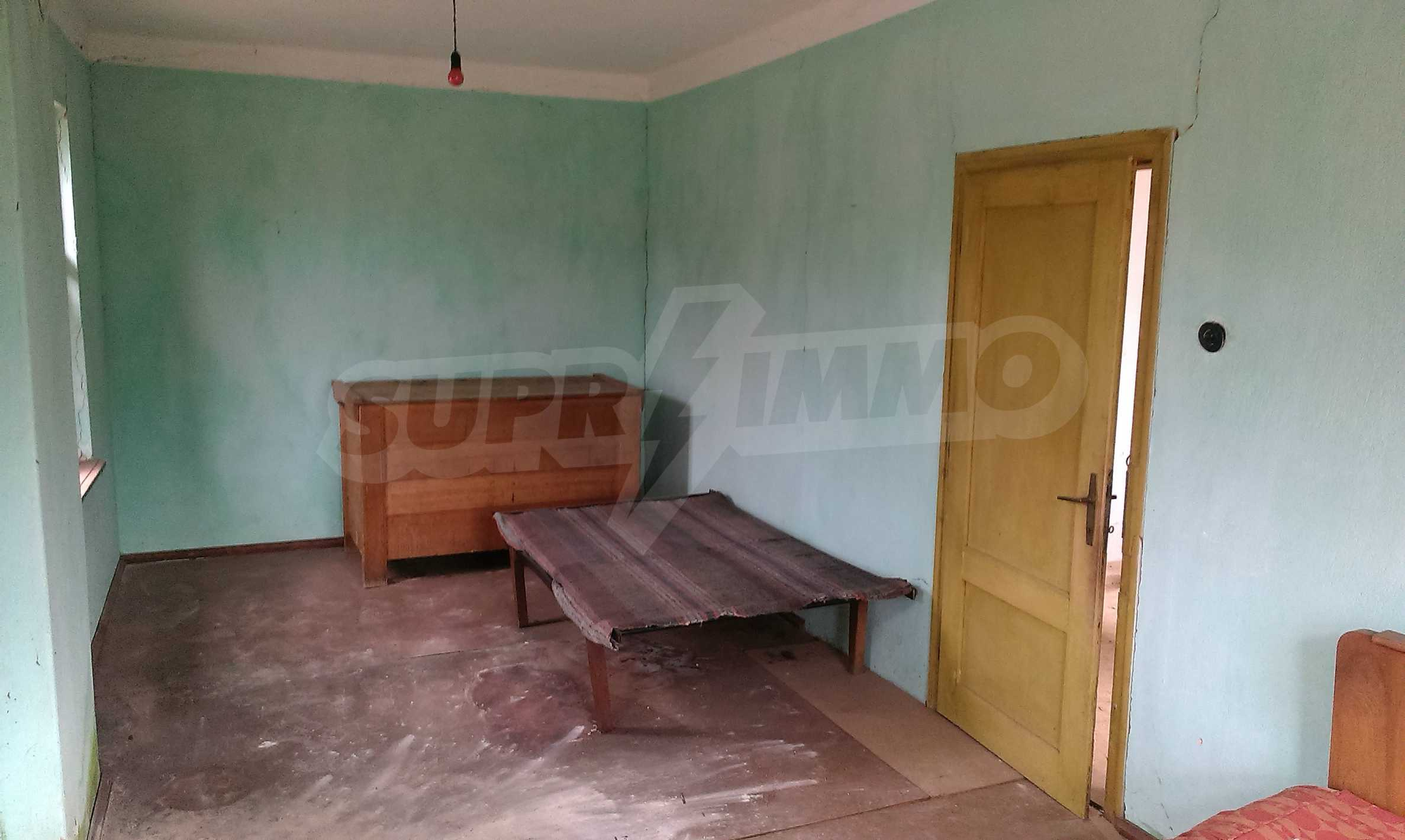 Двуетажна тухлена къща на 40 км от Велико Търново  12