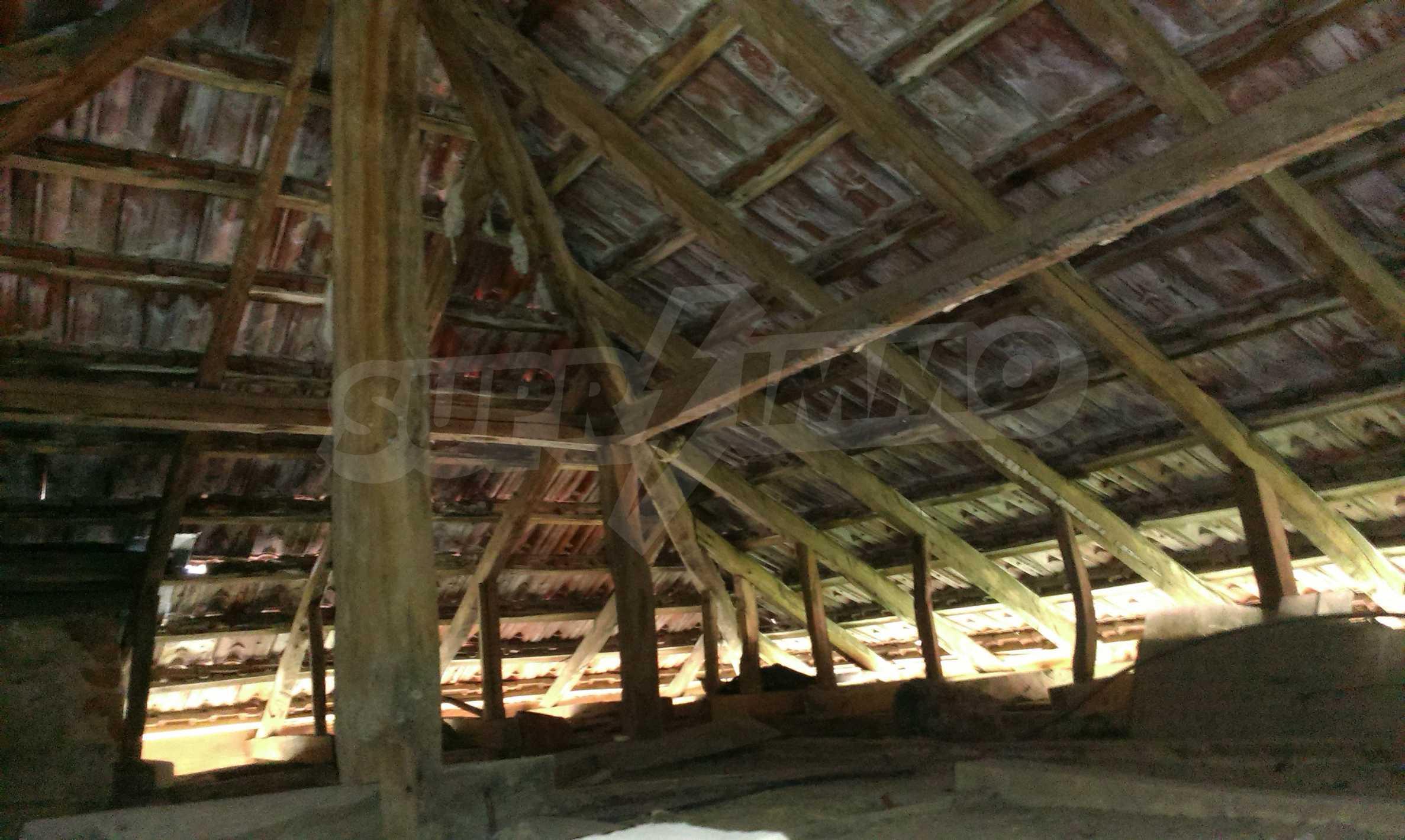 Двуетажна тухлена къща на 40 км от Велико Търново  15