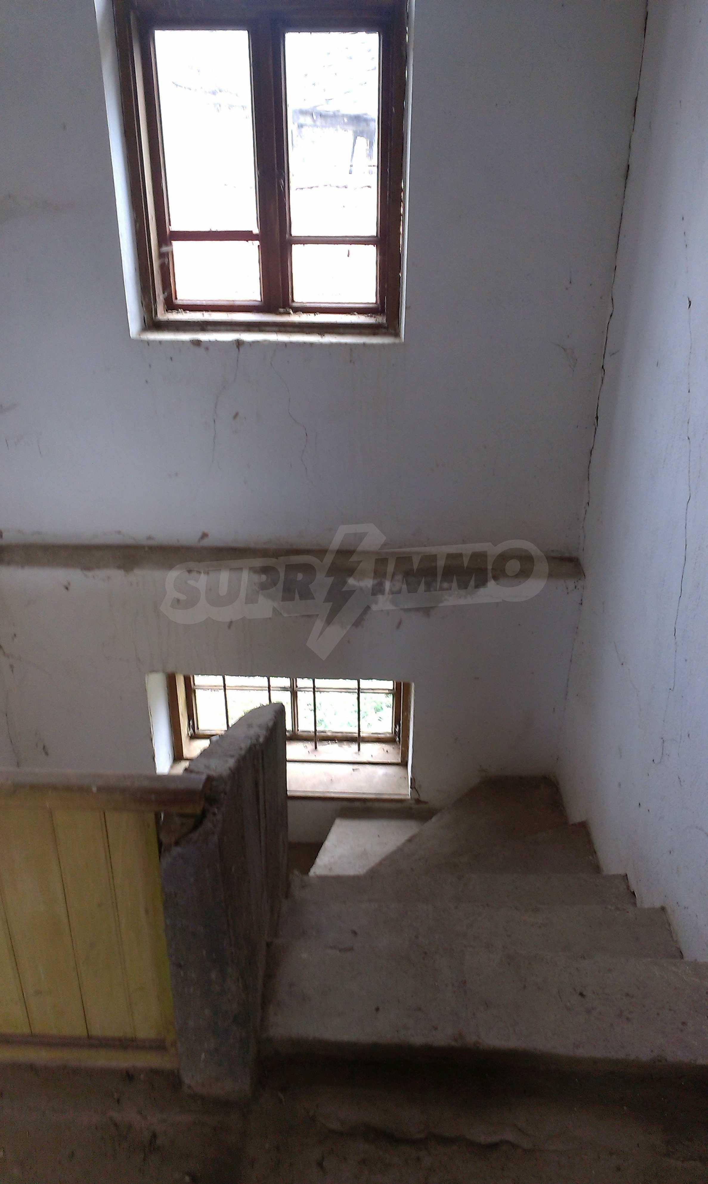 Двуетажна тухлена къща на 40 км от Велико Търново  16