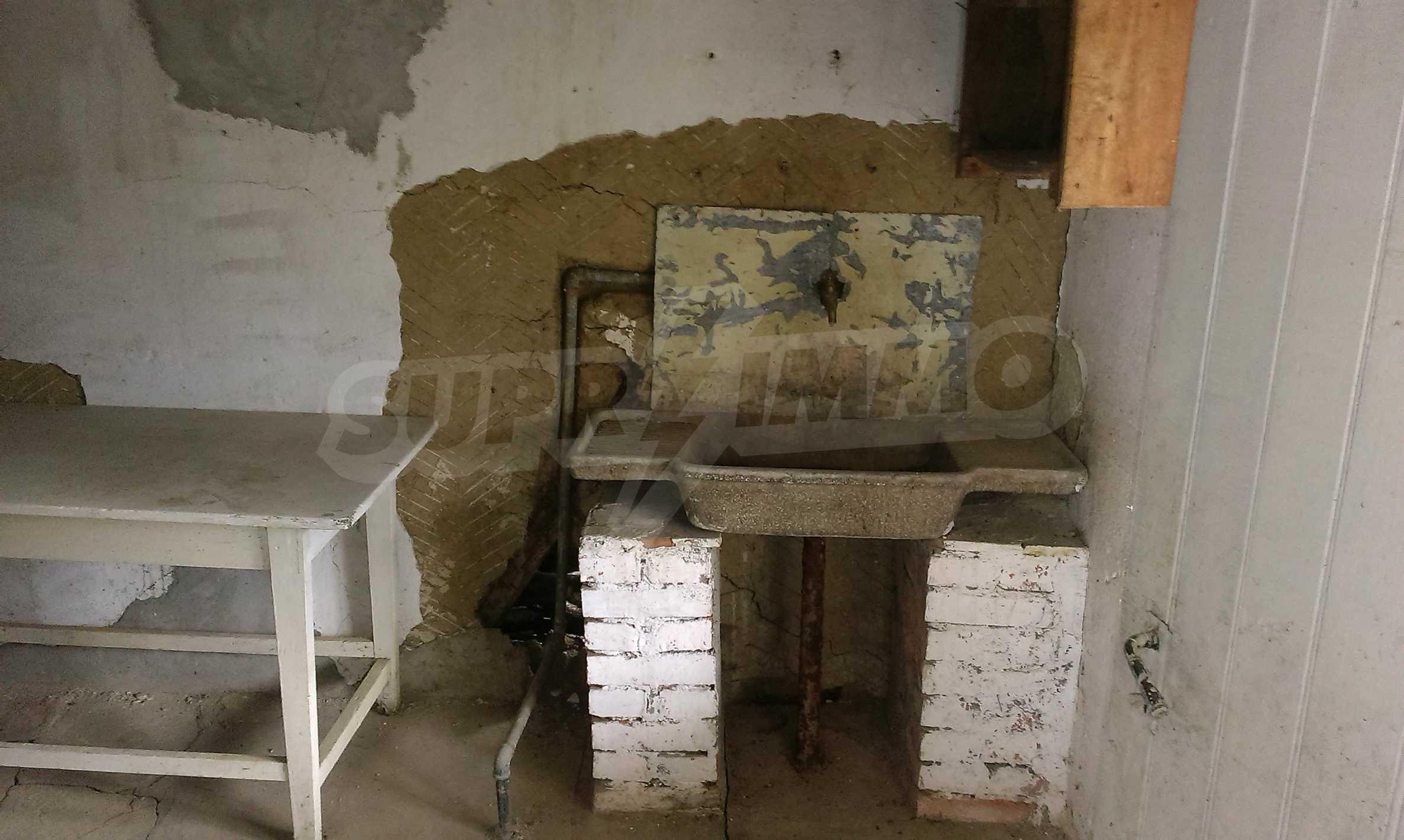Двуетажна тухлена къща на 40 км от Велико Търново  19