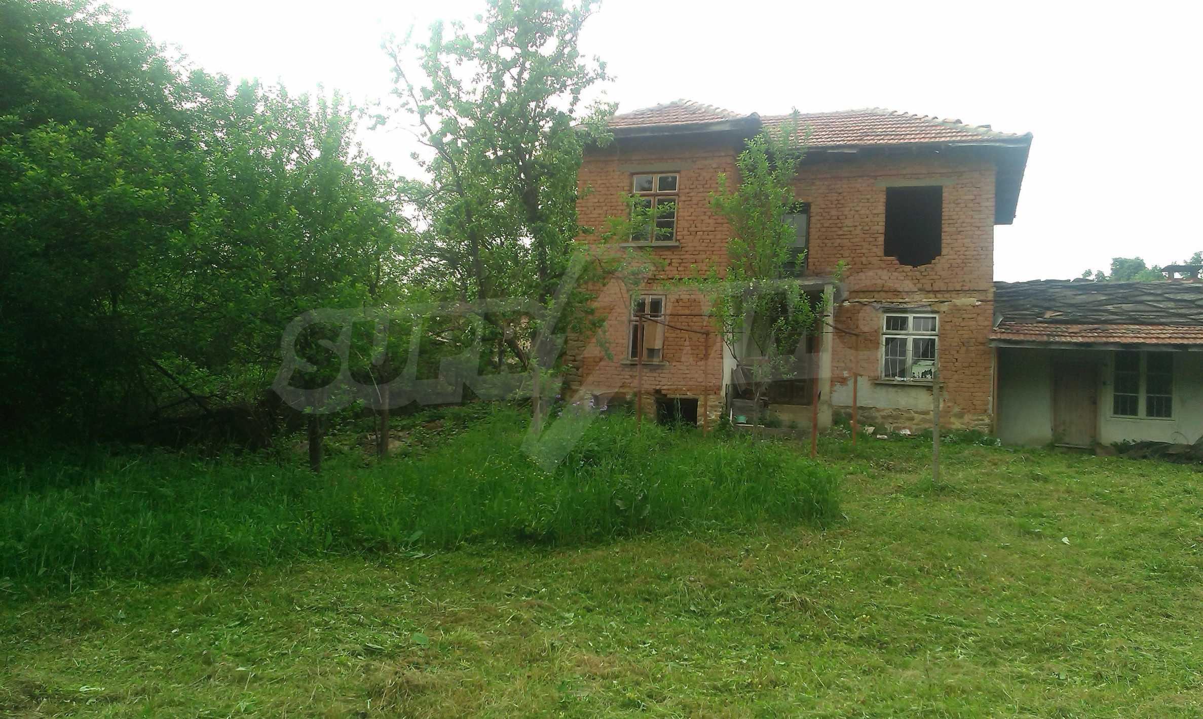 Двуетажна тухлена къща на 40 км от Велико Търново  24
