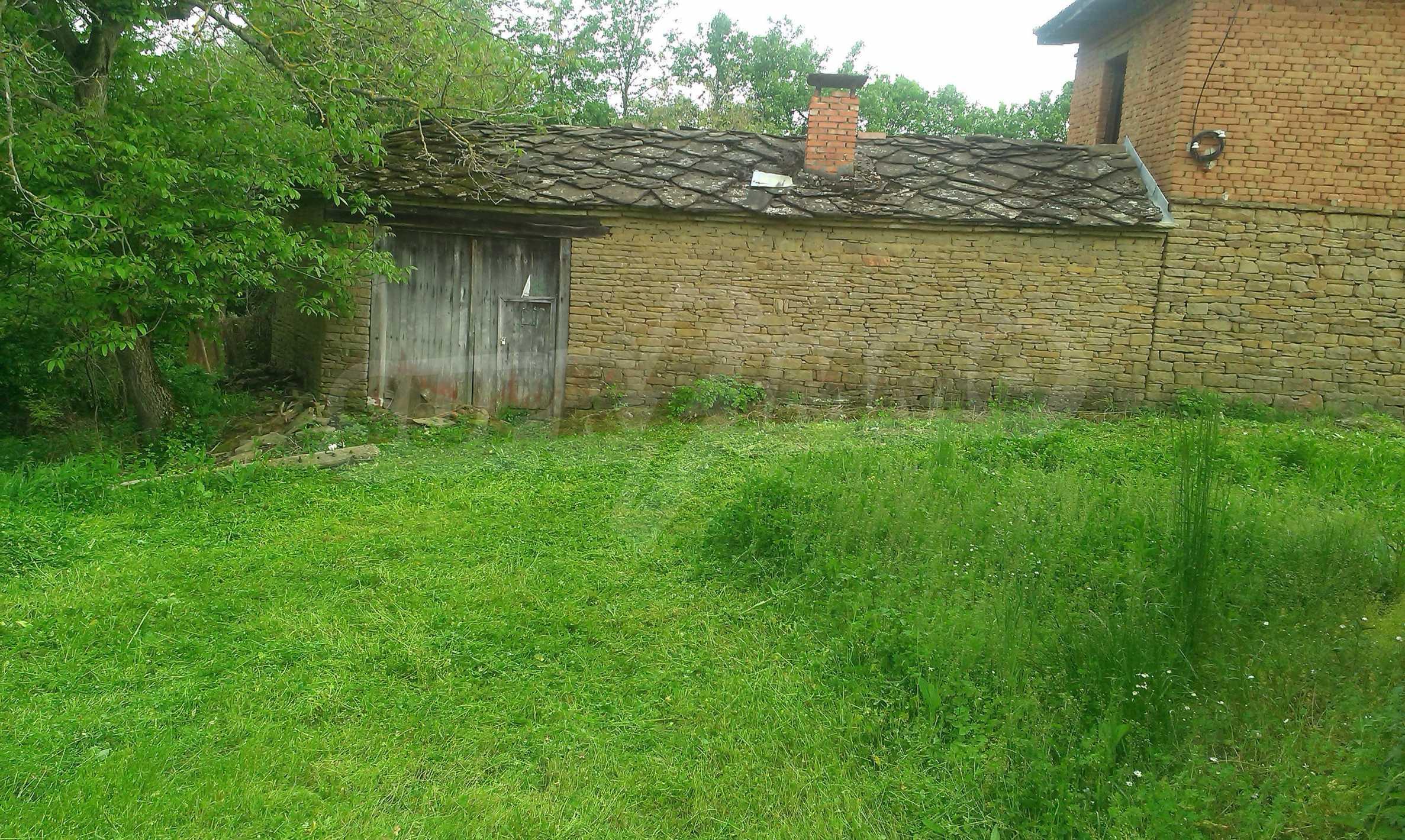 Двуетажна тухлена къща на 40 км от Велико Търново  25