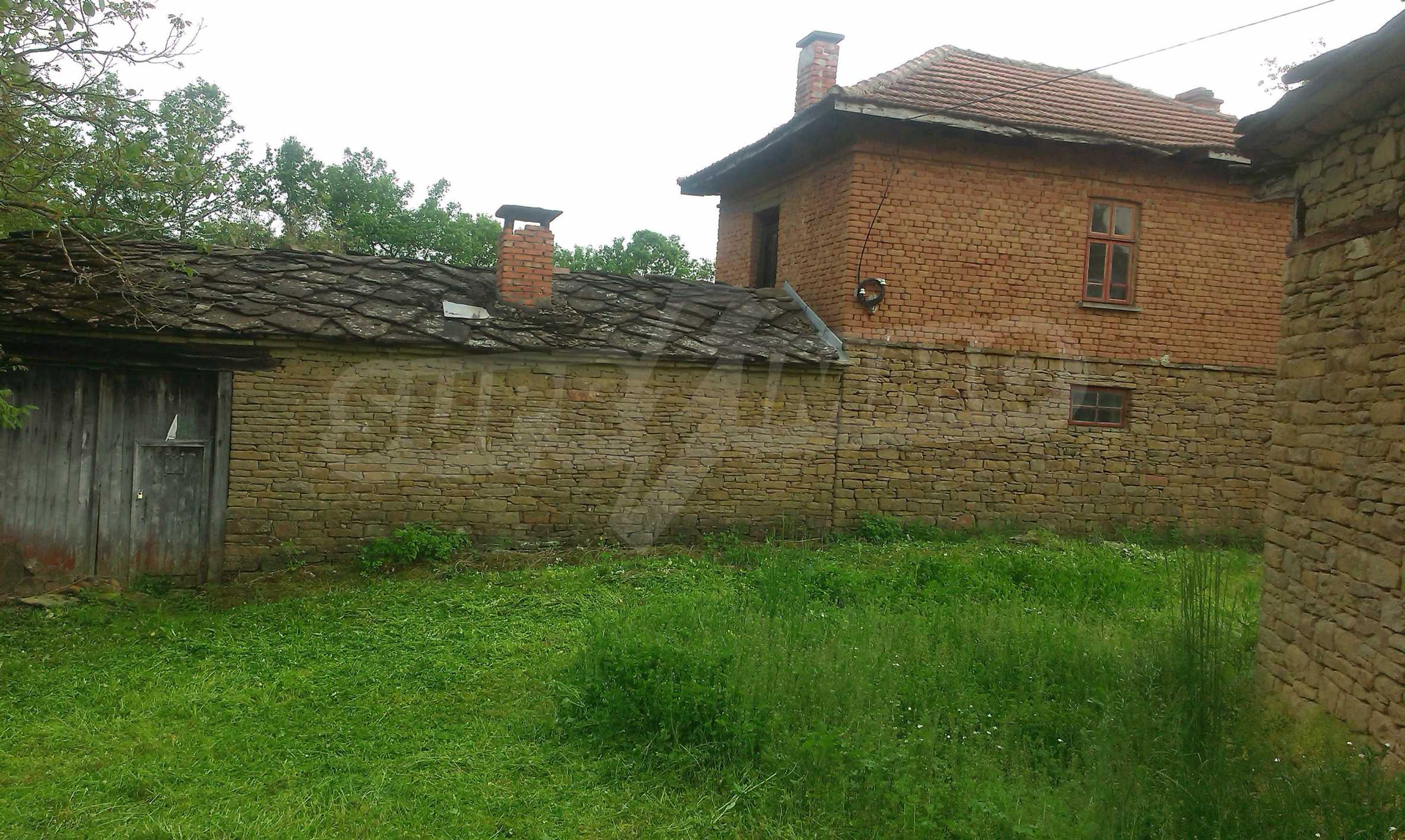 Двуетажна тухлена къща на 40 км от Велико Търново  26