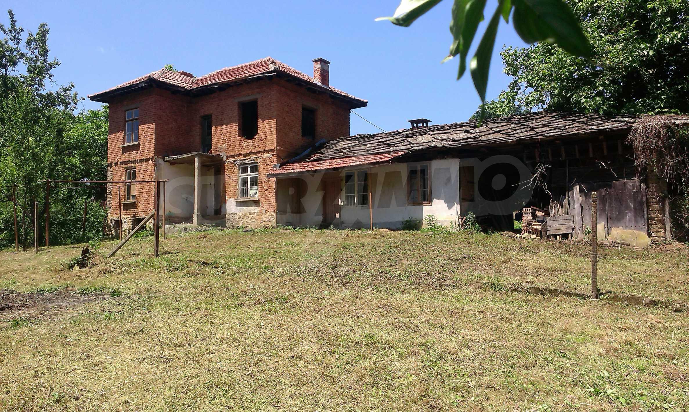 Двуетажна тухлена къща на 40 км от Велико Търново  28