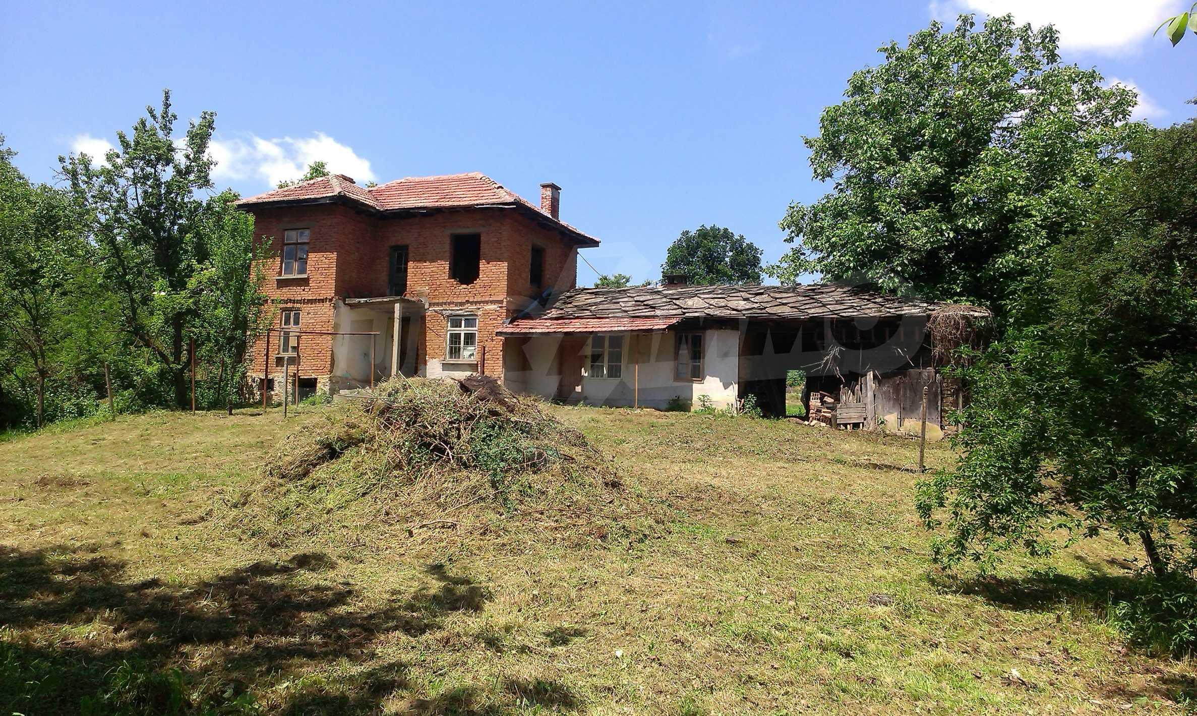 Двуетажна тухлена къща на 40 км от Велико Търново  30