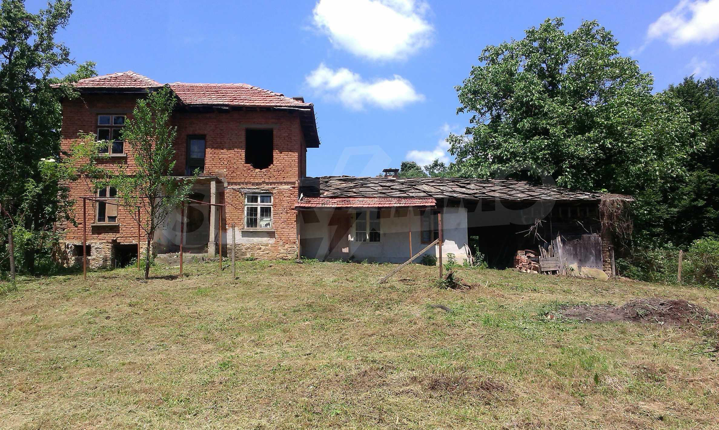 Двуетажна тухлена къща на 40 км от Велико Търново  32