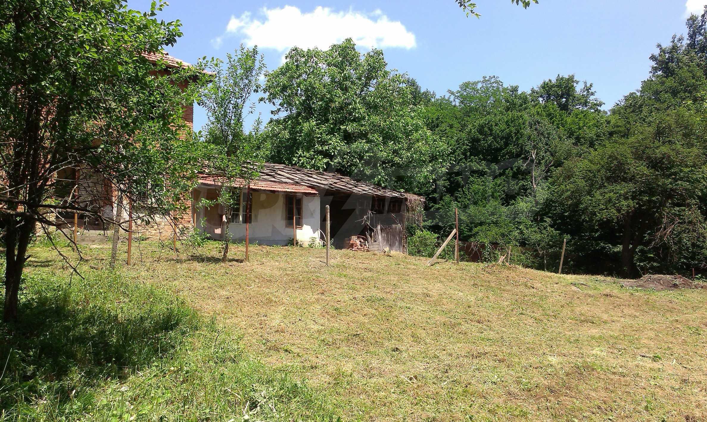 Двуетажна тухлена къща на 40 км от Велико Търново  34