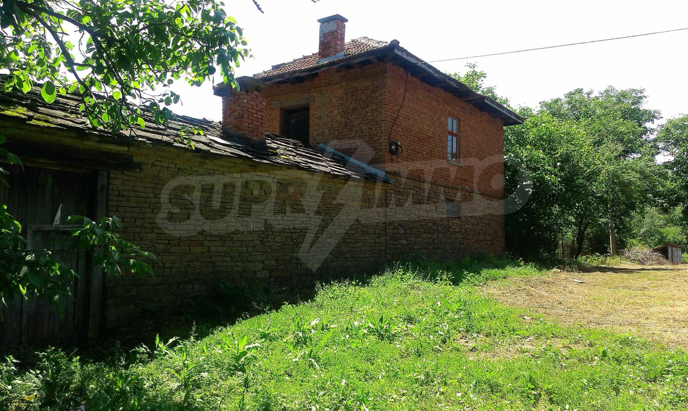 Двуетажна тухлена къща на 40 км от Велико Търново  37