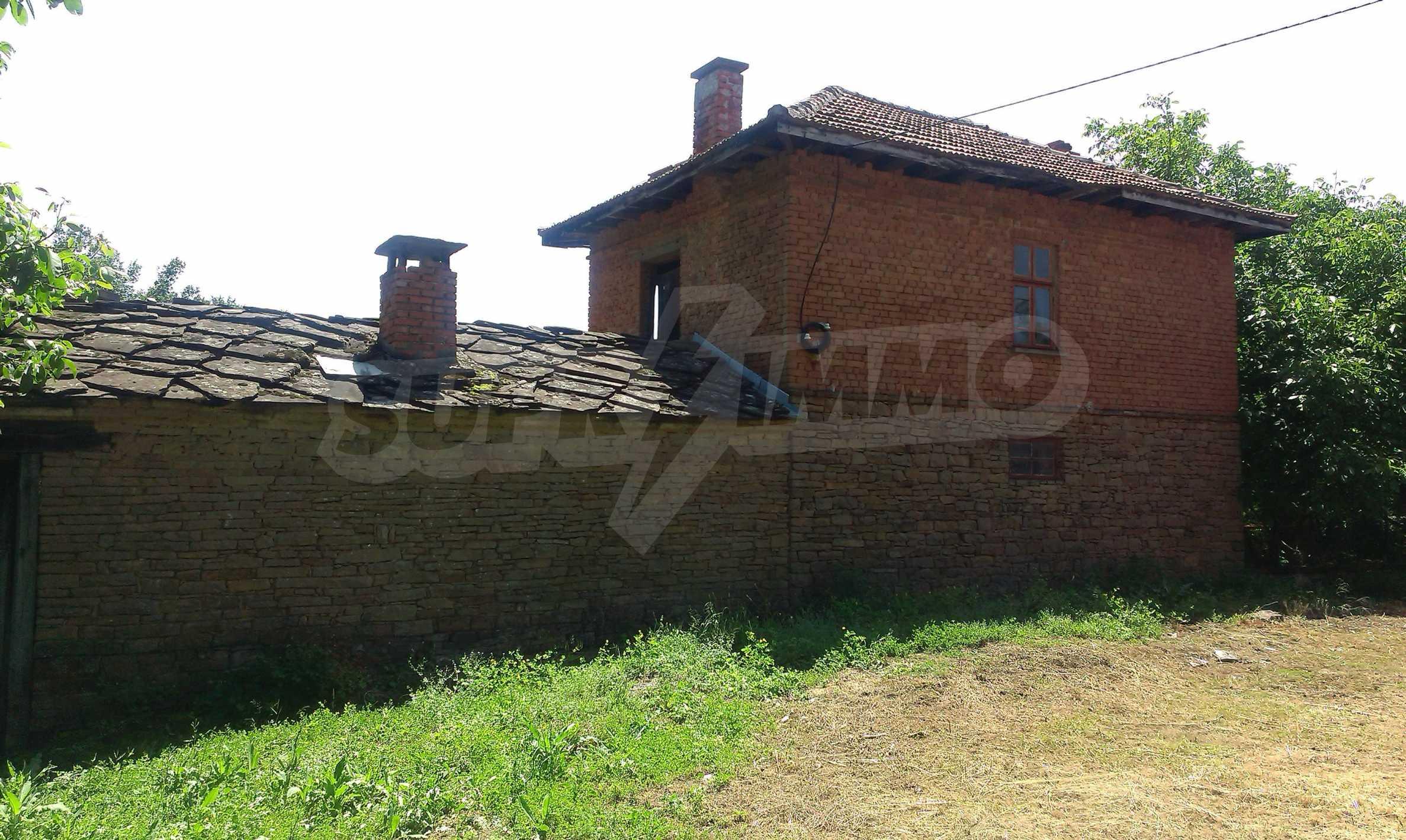 Двуетажна тухлена къща на 40 км от Велико Търново  38