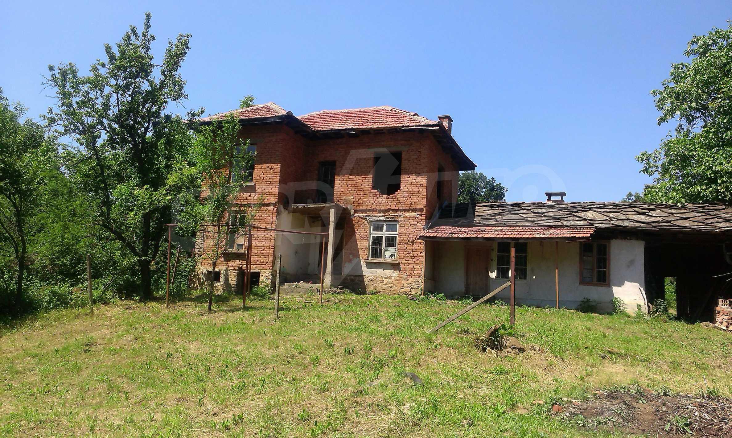 Двуетажна тухлена къща на 40 км от Велико Търново  43