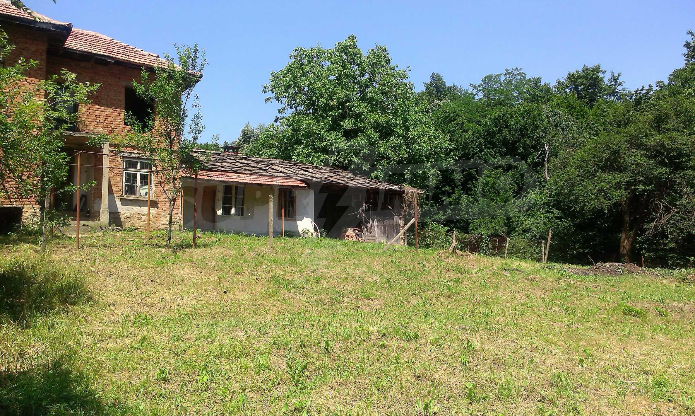 Двуетажна тухлена къща на 40 км от Велико Търново  47