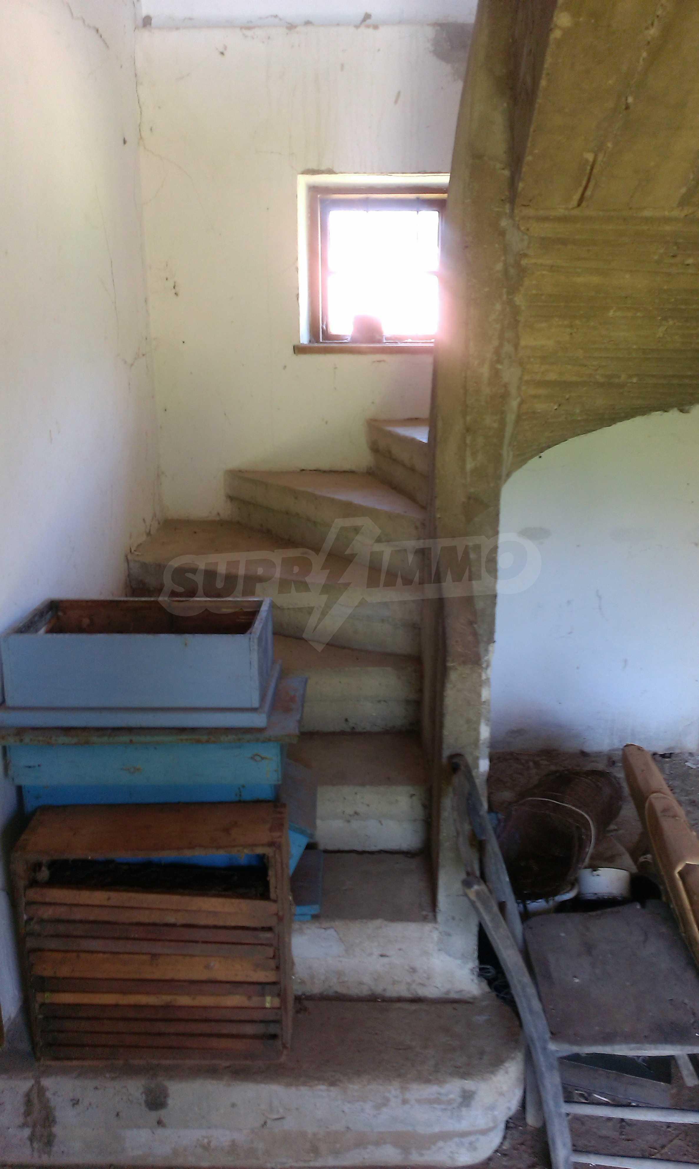Двуетажна тухлена къща на 40 км от Велико Търново  50