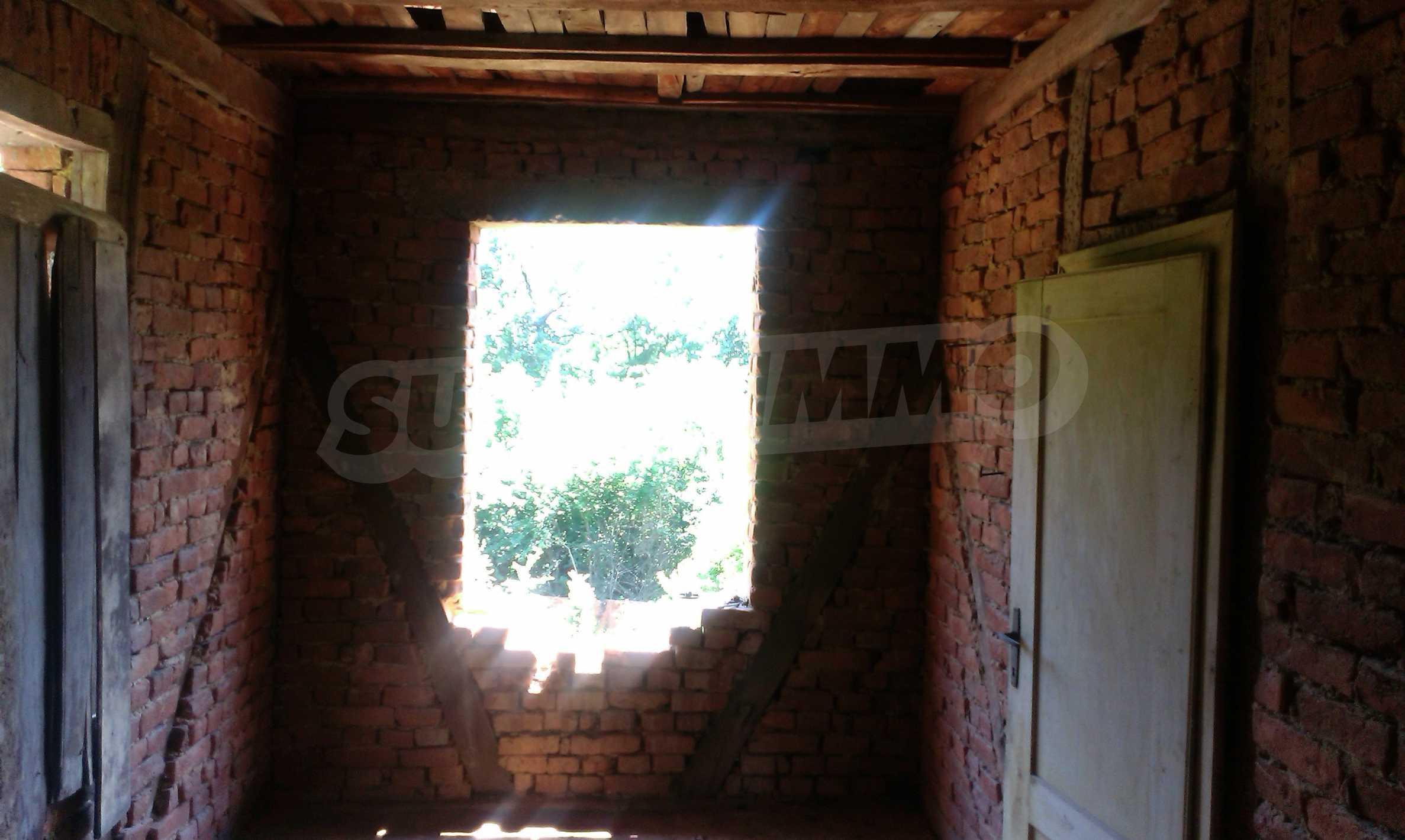 Двуетажна тухлена къща на 40 км от Велико Търново  56