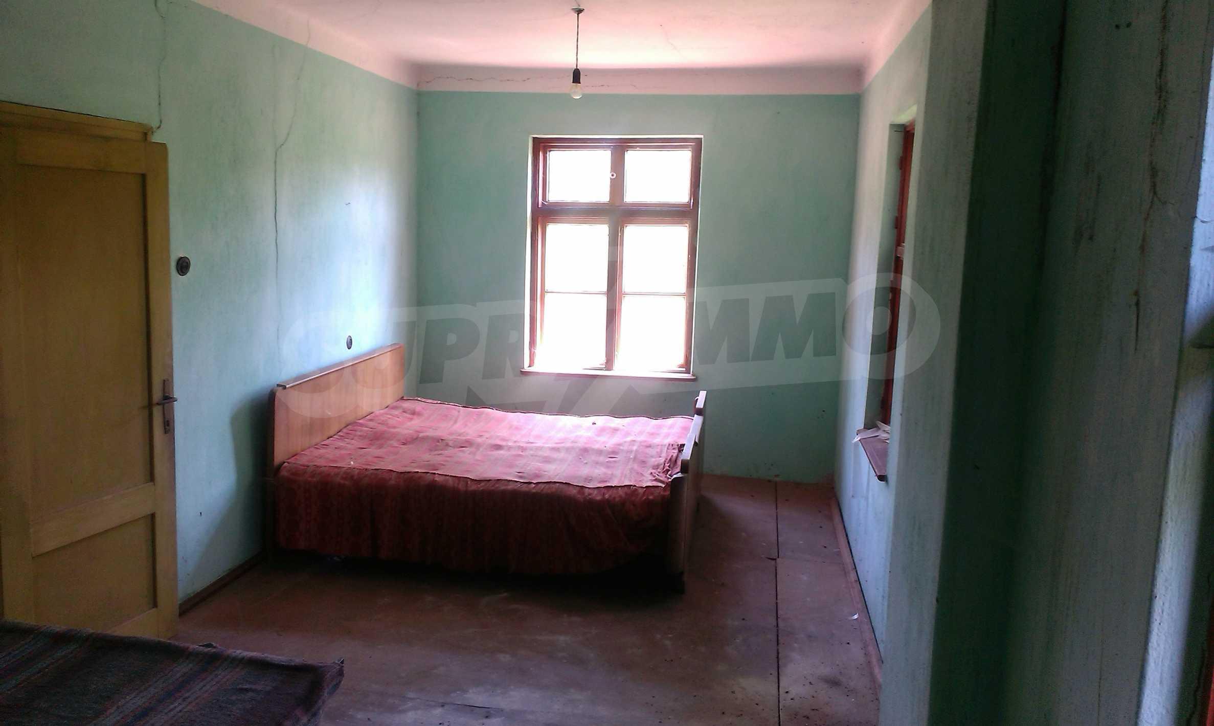Двуетажна тухлена къща на 40 км от Велико Търново  58