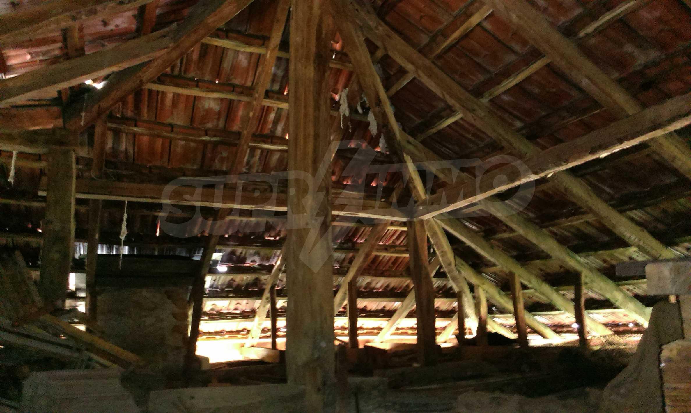Двуетажна тухлена къща на 40 км от Велико Търново  5