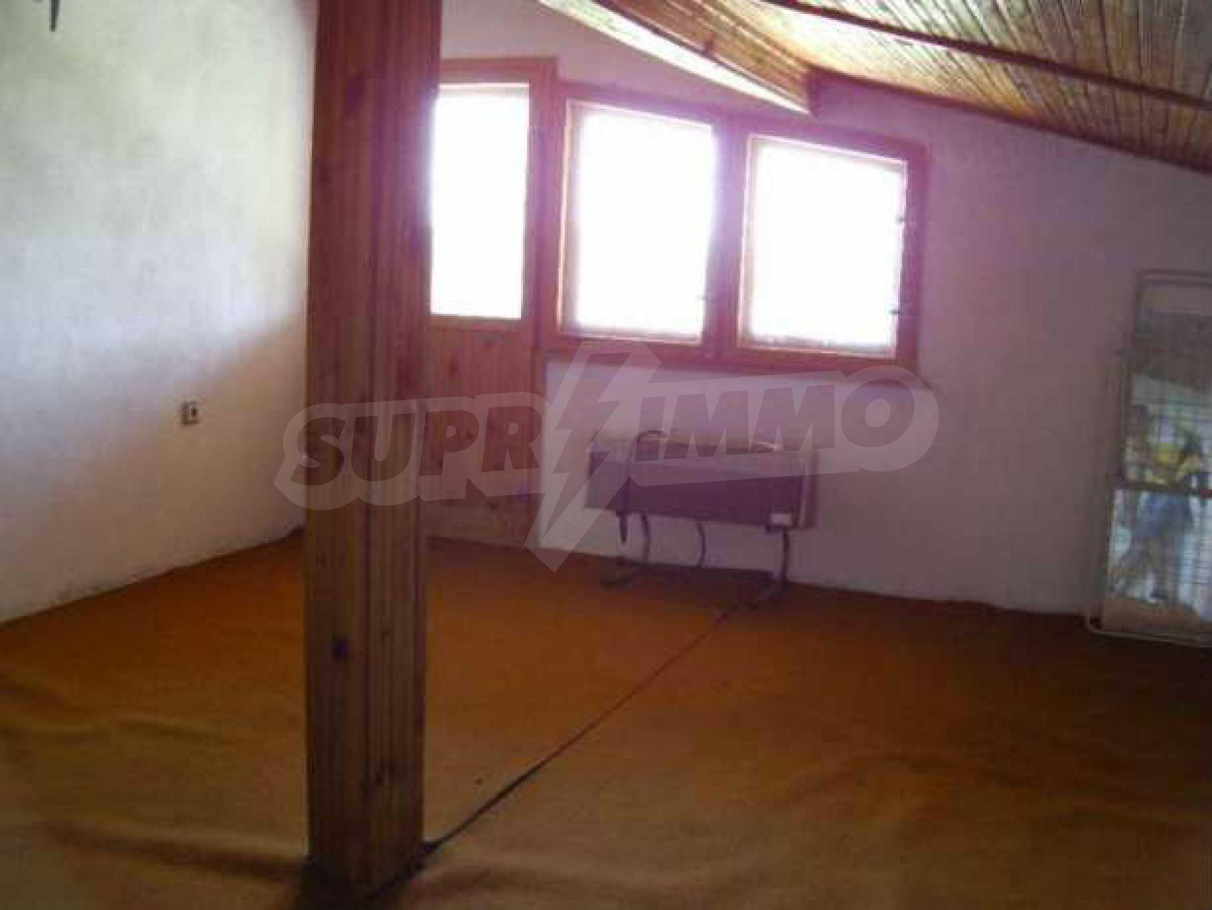 Двуетажна  къща с двор  в село на 11 км от Велико Търново  4