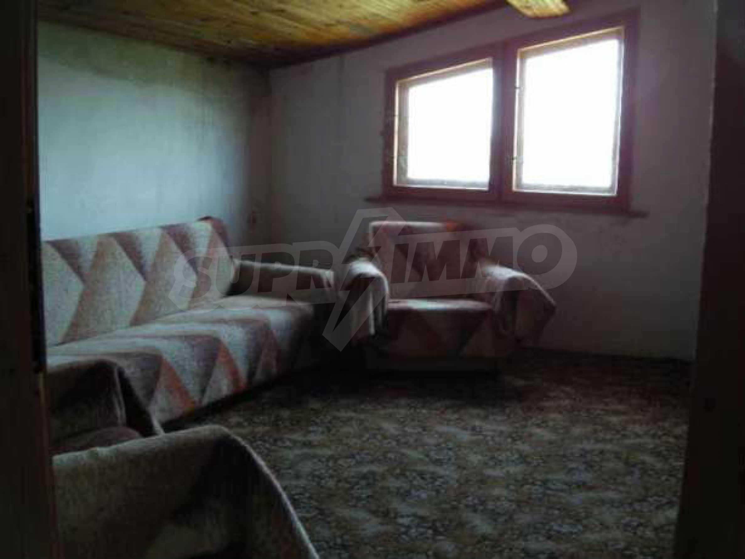 Двуетажна  къща с двор  в село на 11 км от Велико Търново  5