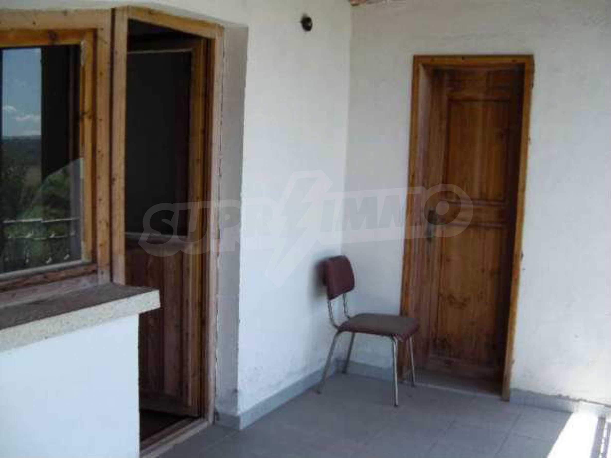 Двуетажна  къща с двор  в село на 11 км от Велико Търново  7