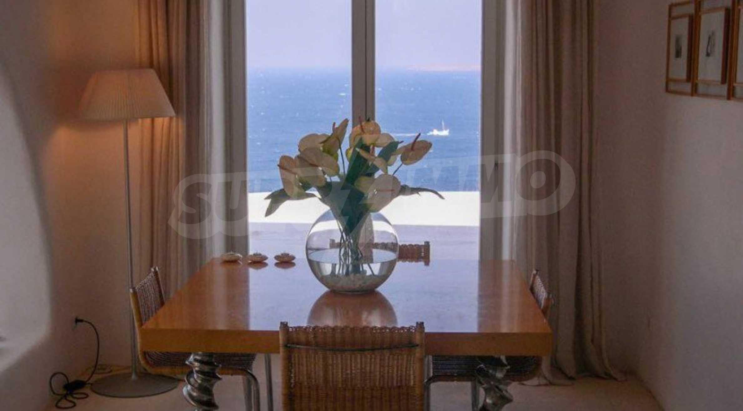 Величествена резиденция в Егейско море 15