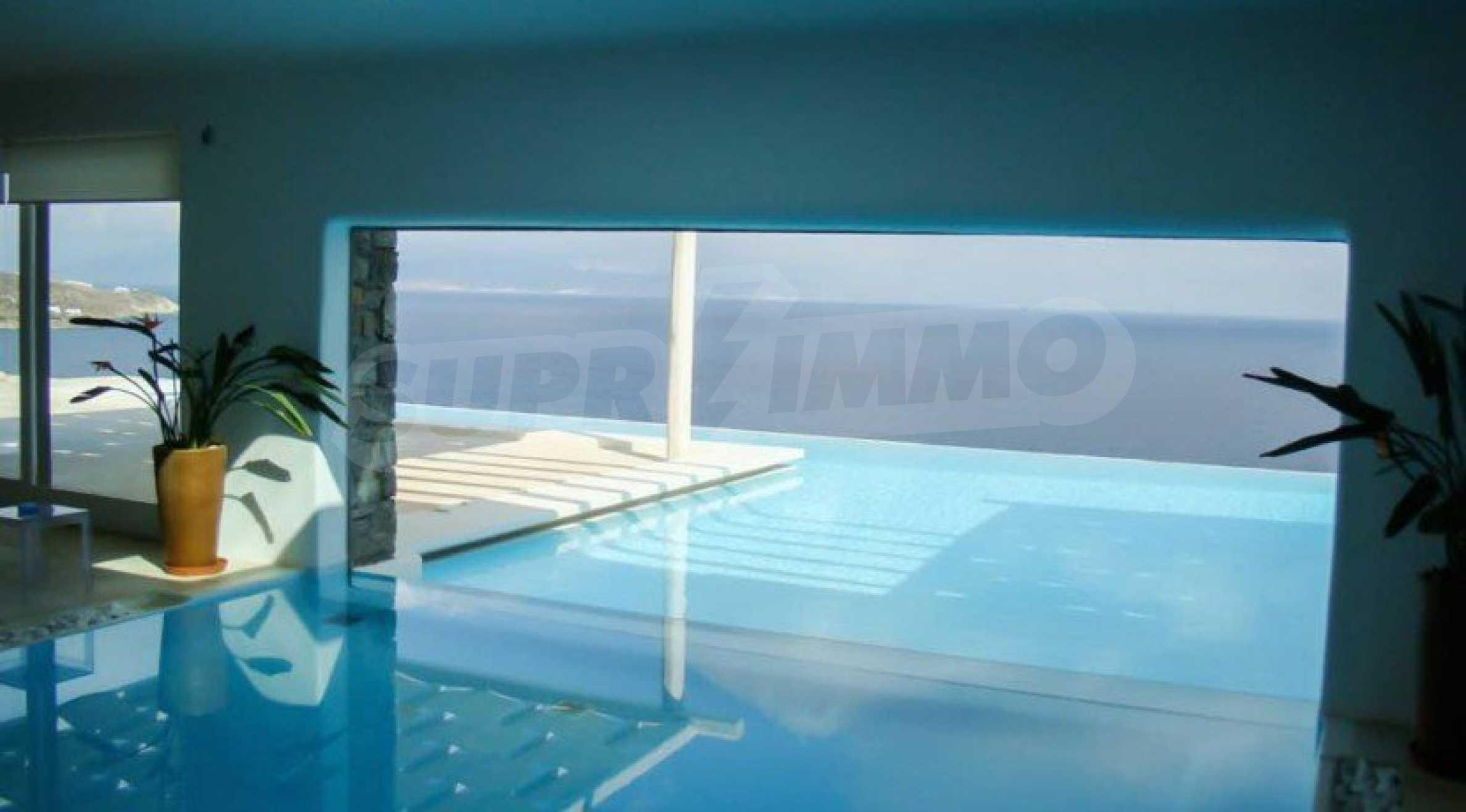Величествена резиденция в Егейско море 29