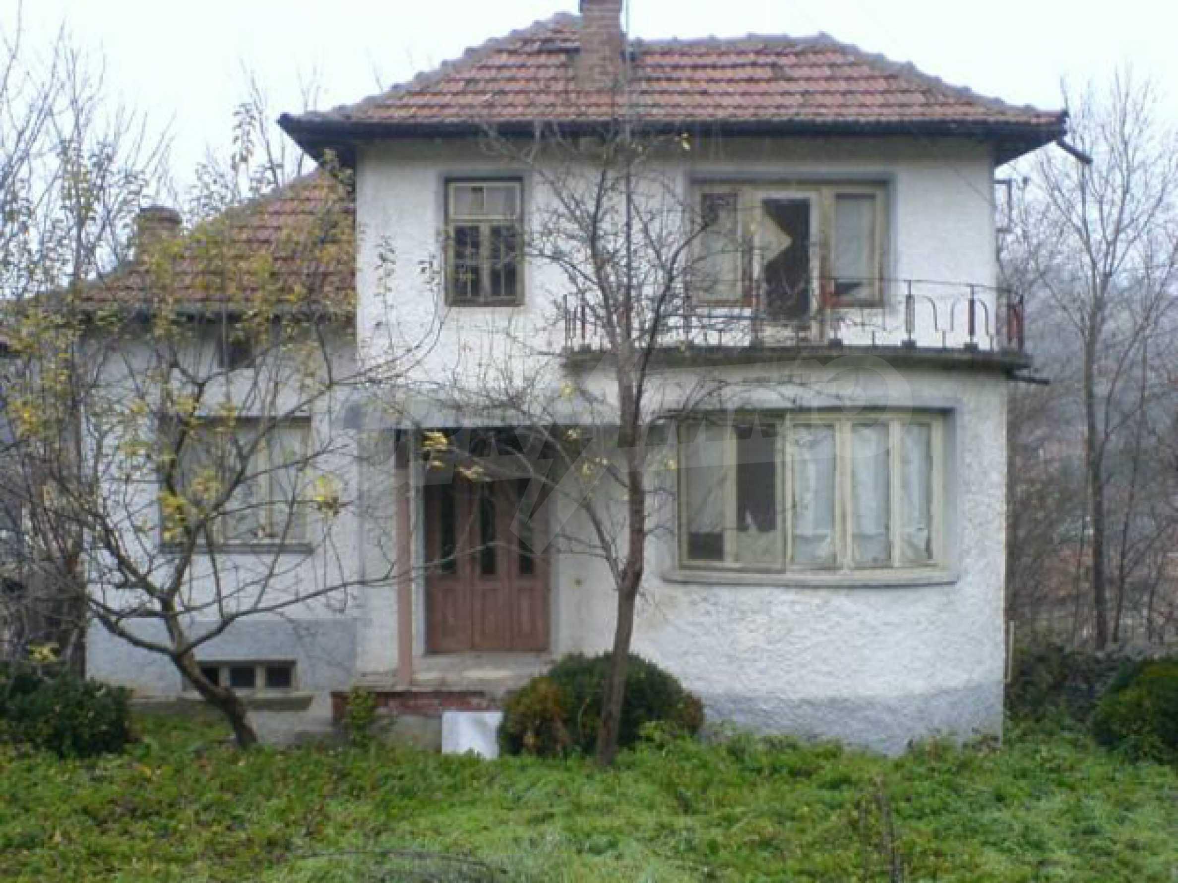 Двуетажна къща с двор в село на 28 км от град Ловеч