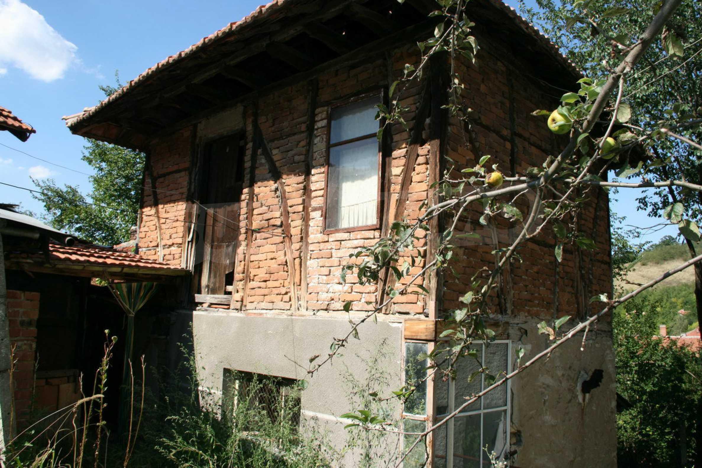 Двуетажна къща с двор в село на 28 км от град Ловеч  14