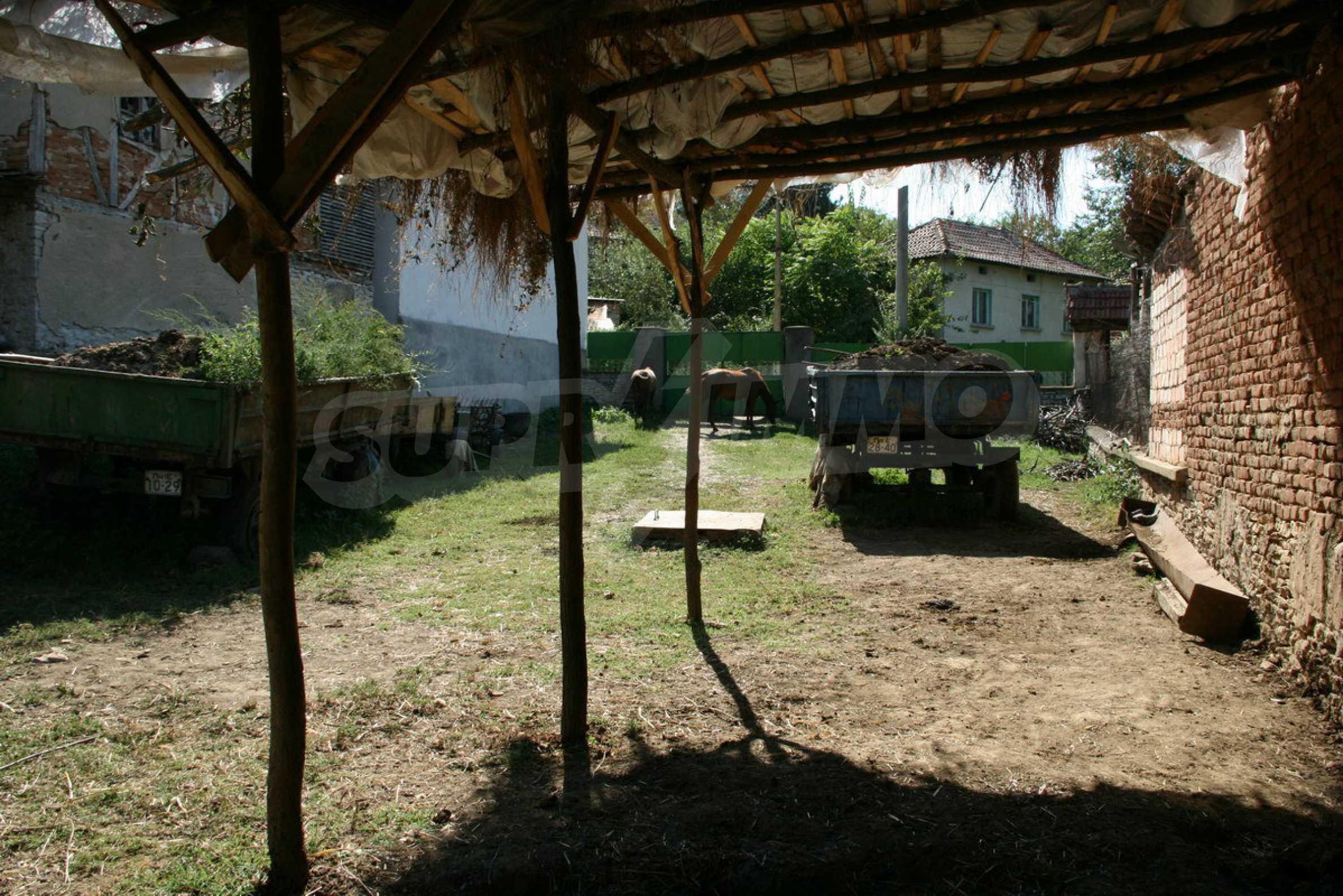 Двуетажна къща с двор в село на 28 км от град Ловеч  15
