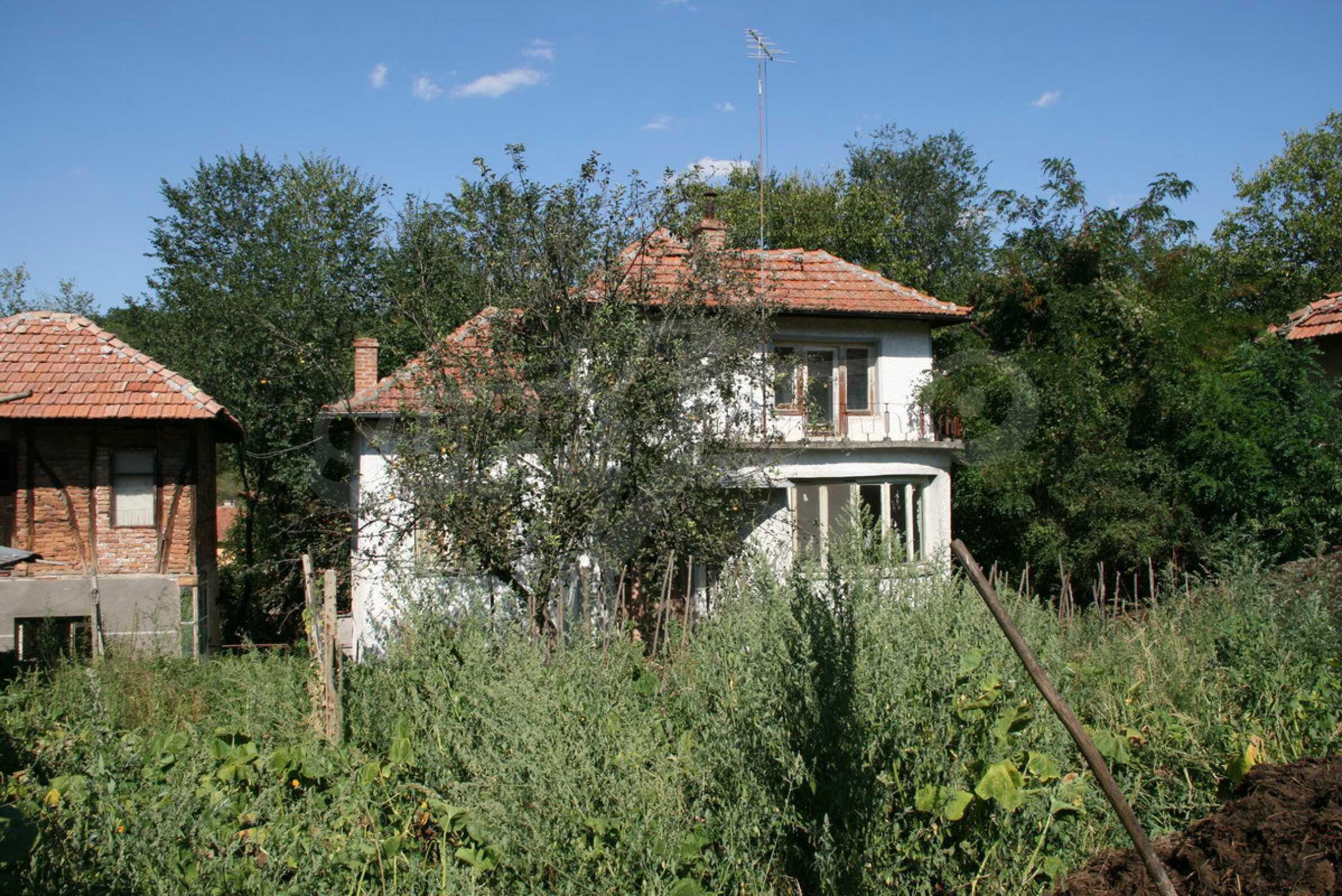 Двуетажна къща с двор в село на 28 км от град Ловеч  16
