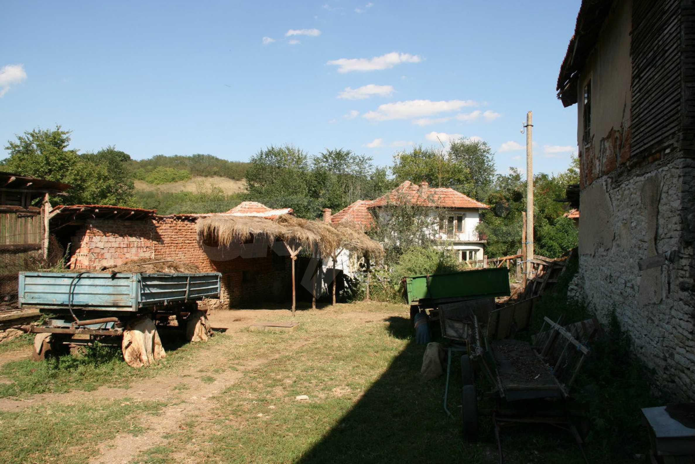 Двуетажна къща с двор в село на 28 км от град Ловеч  17