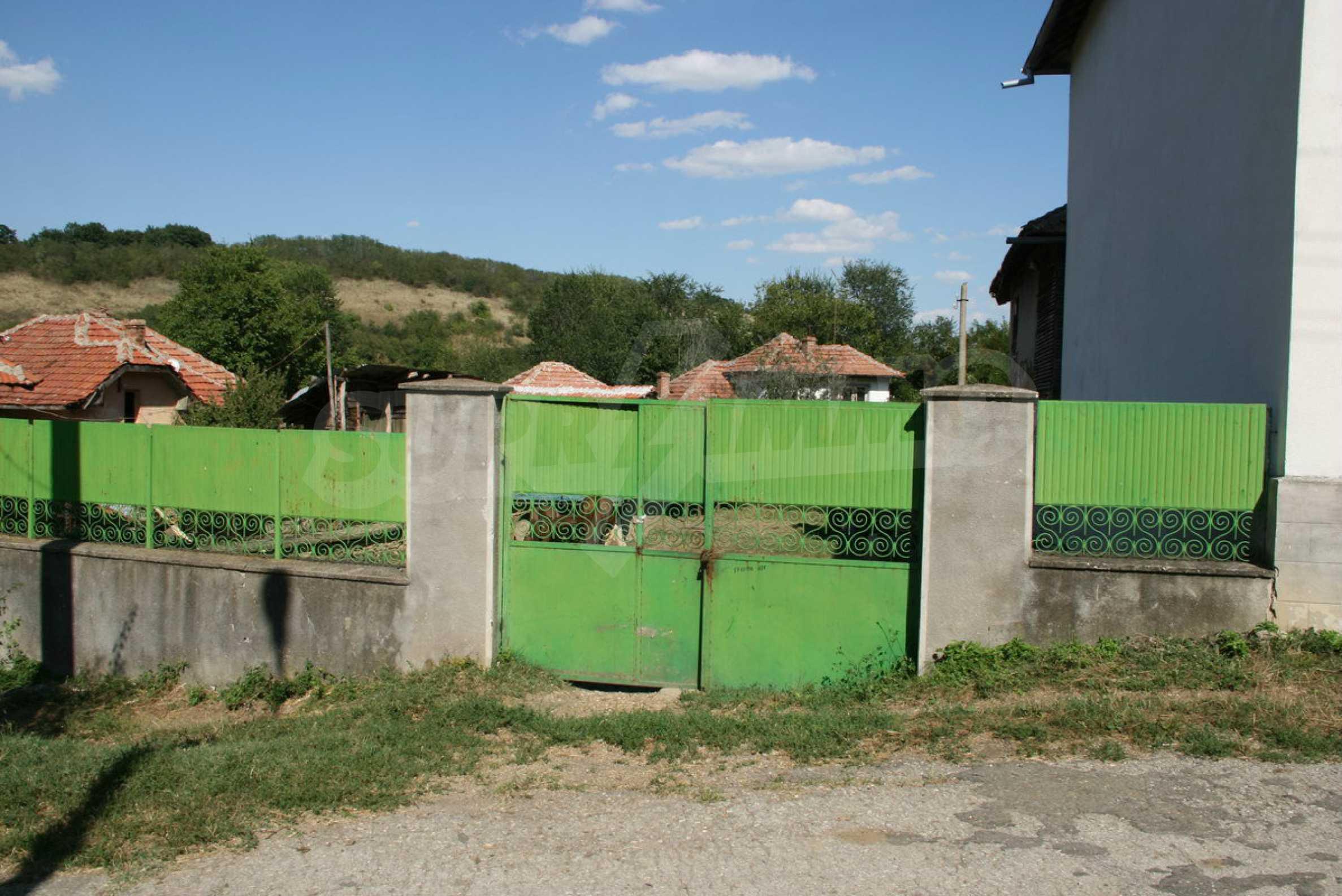 Двуетажна къща с двор в село на 28 км от град Ловеч  18
