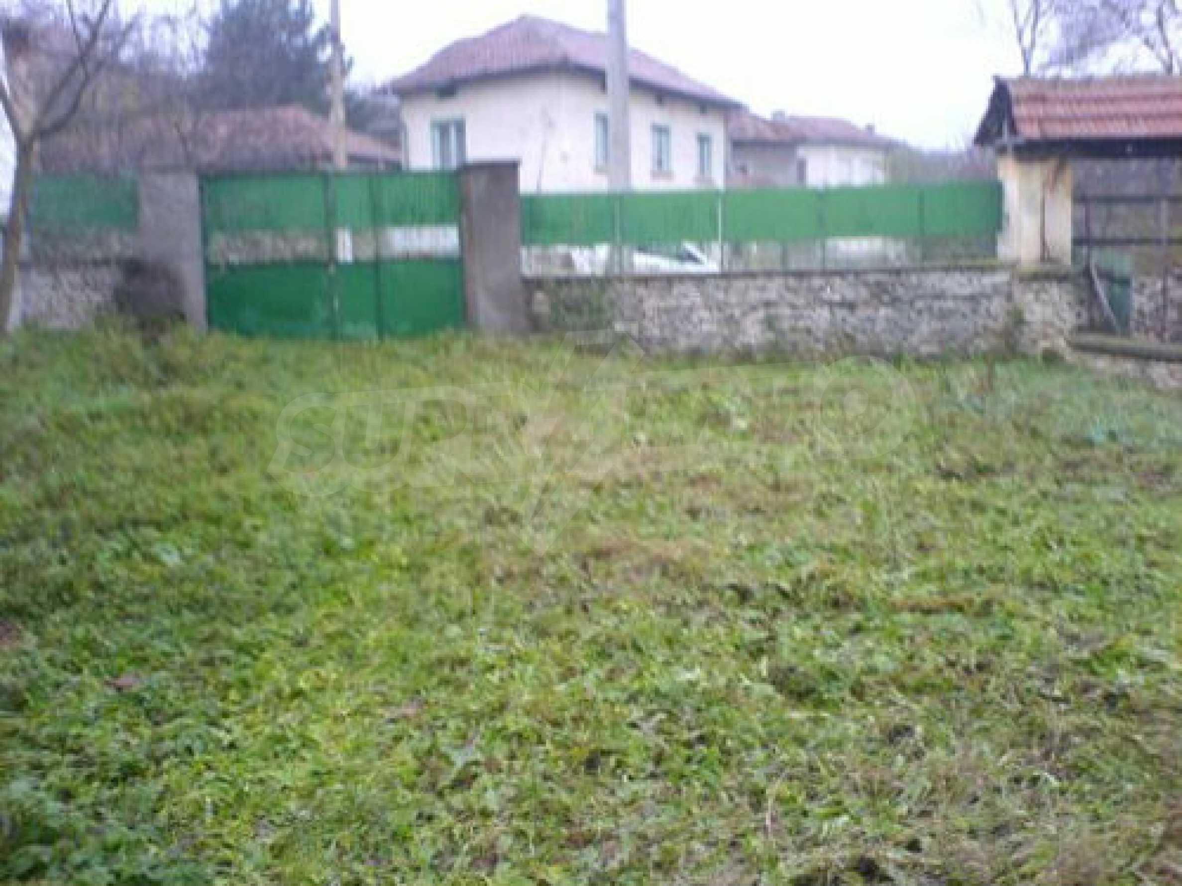 Двуетажна къща с двор в село на 28 км от град Ловеч  1