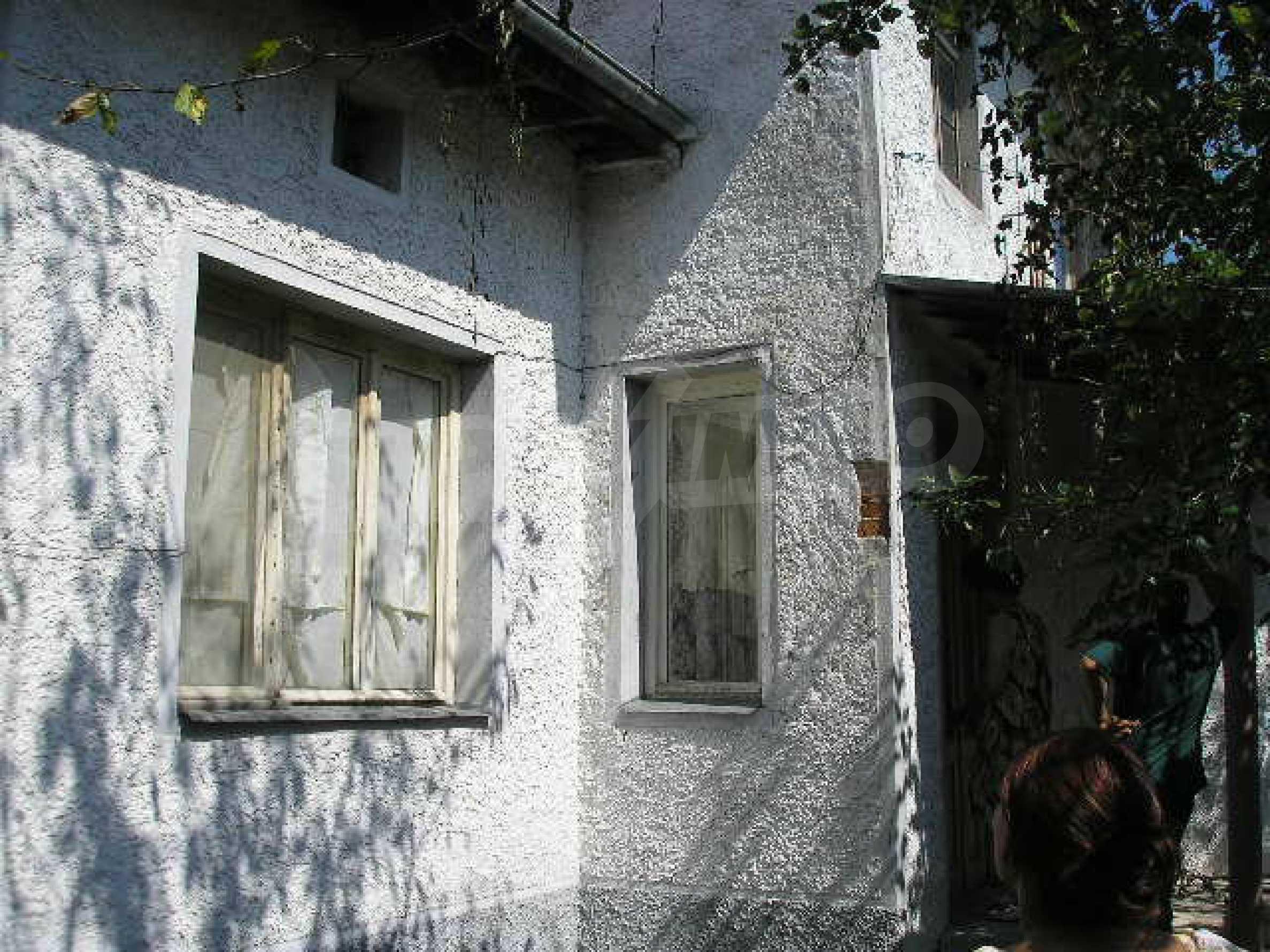 Двуетажна къща с двор в село на 28 км от град Ловеч  19