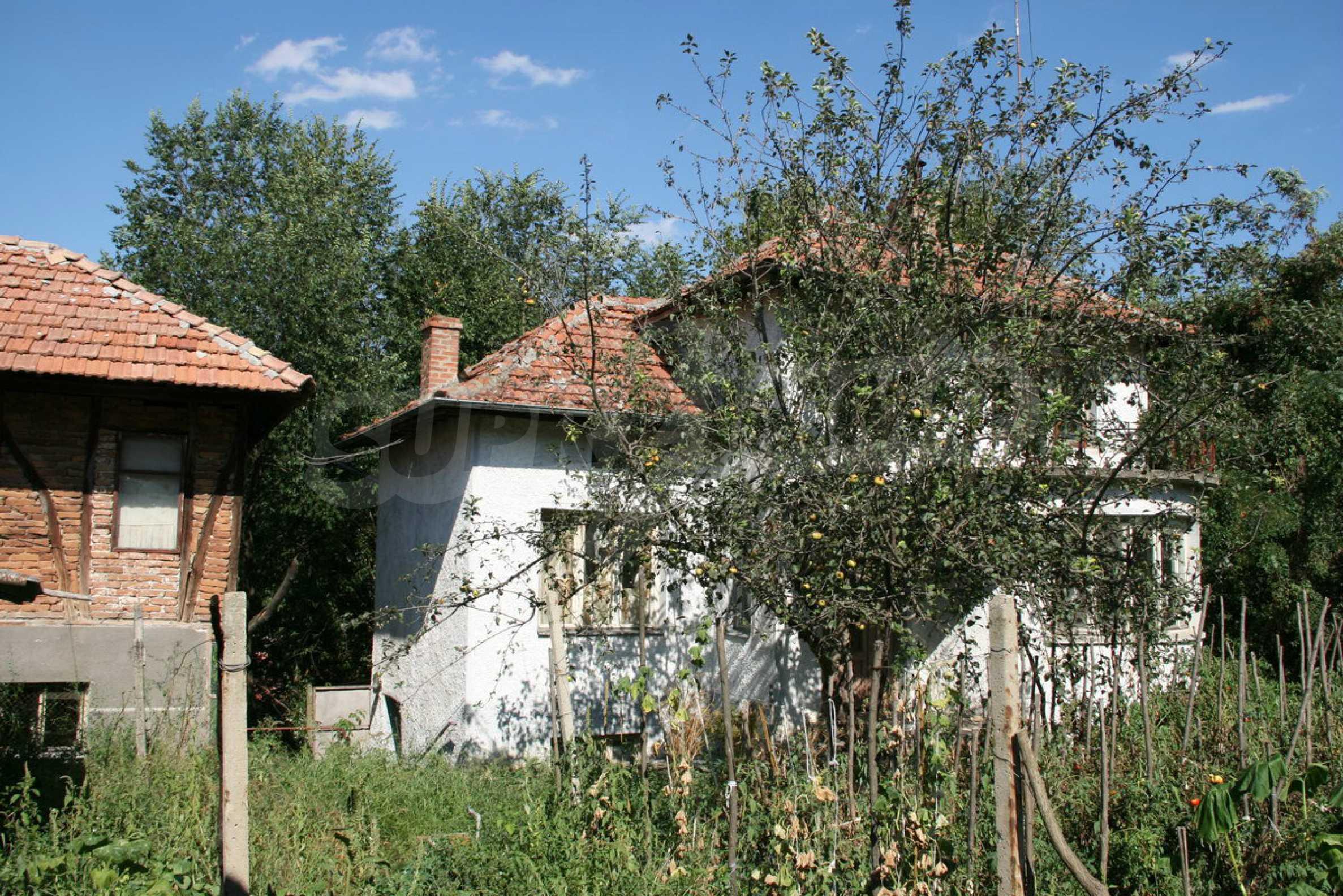 Двуетажна къща с двор в село на 28 км от град Ловеч  3
