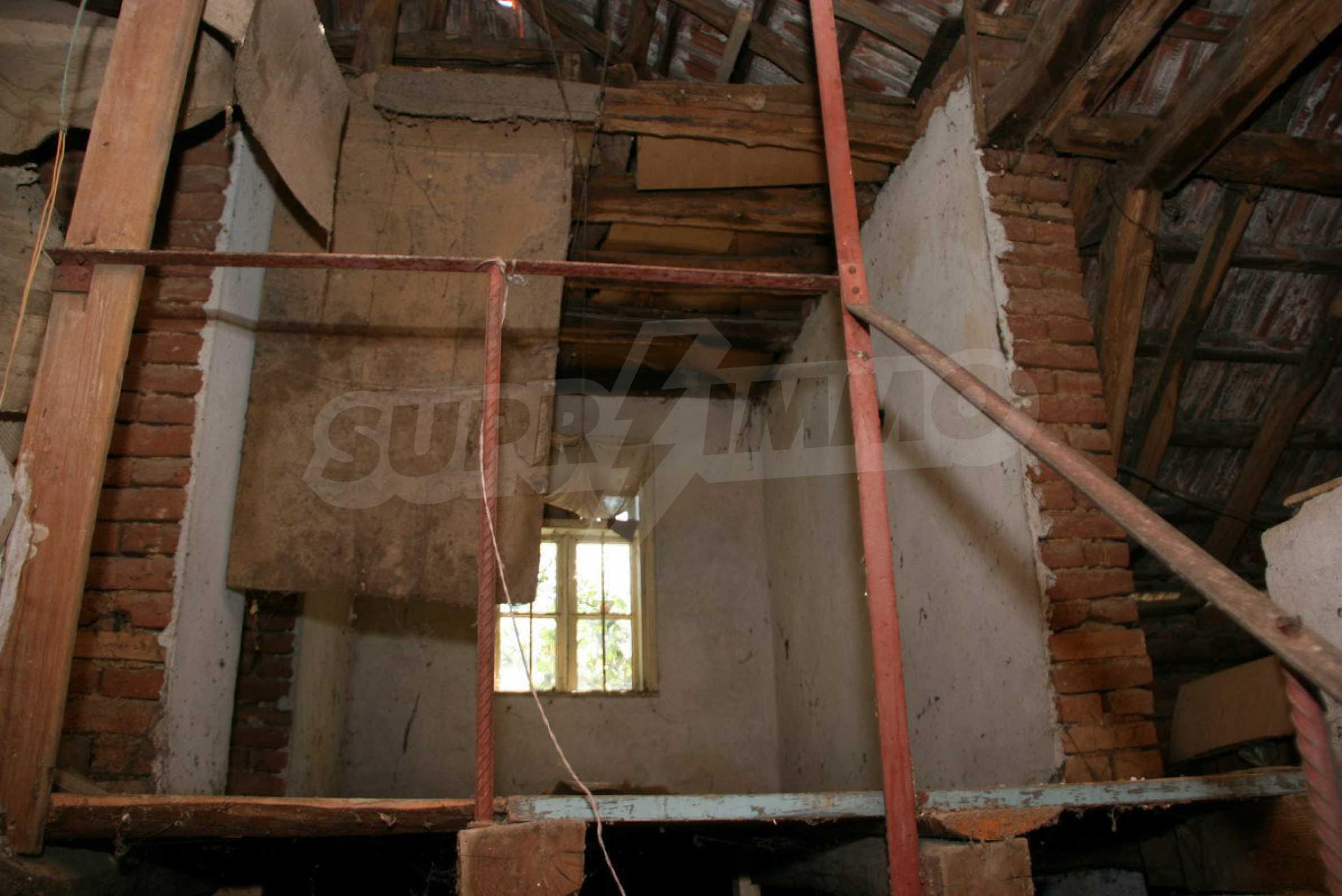 Двуетажна къща с двор в село на 28 км от град Ловеч  8