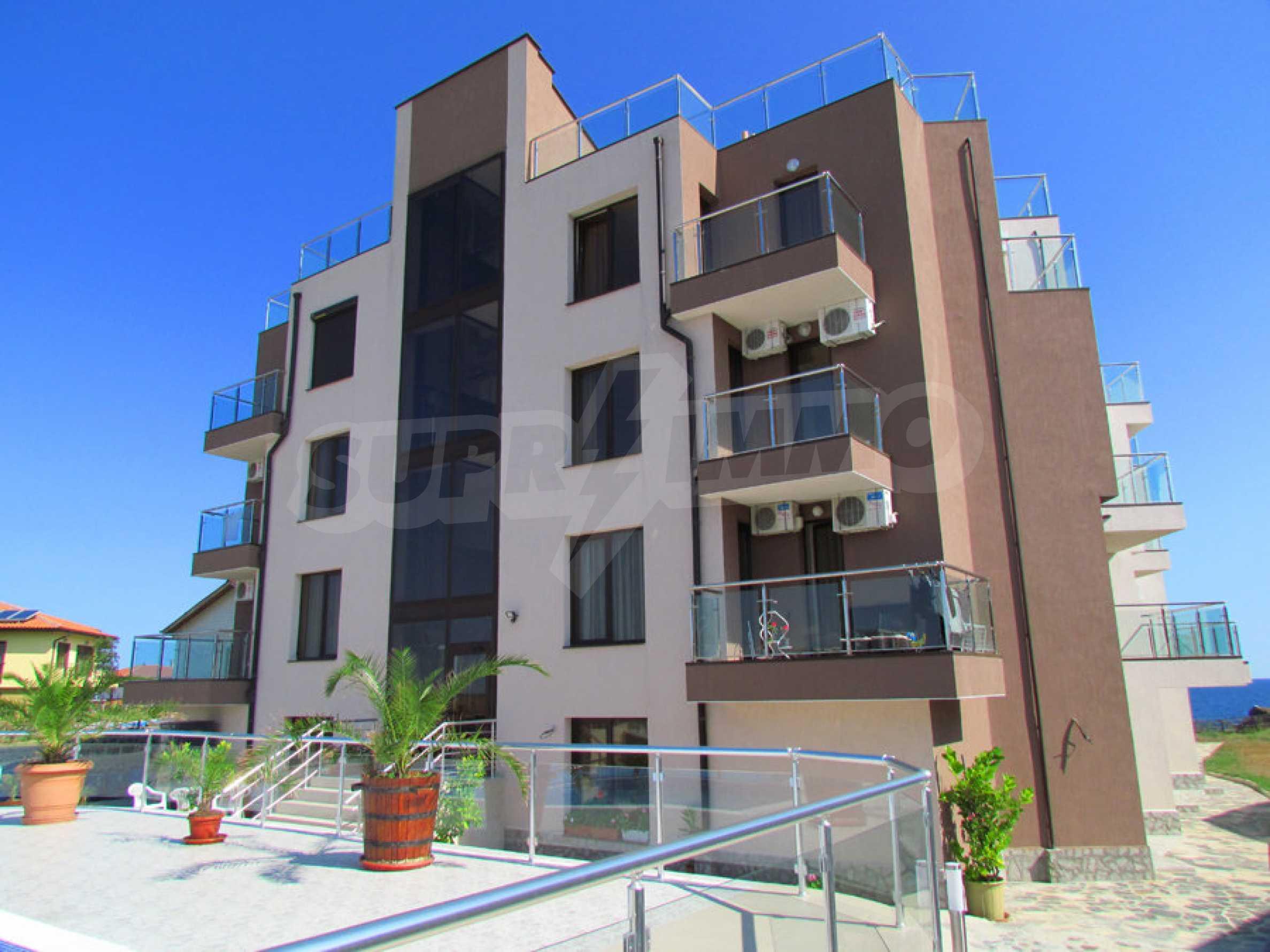 Модерен жилищен комплекс на самия бряг на морето в Синеморец