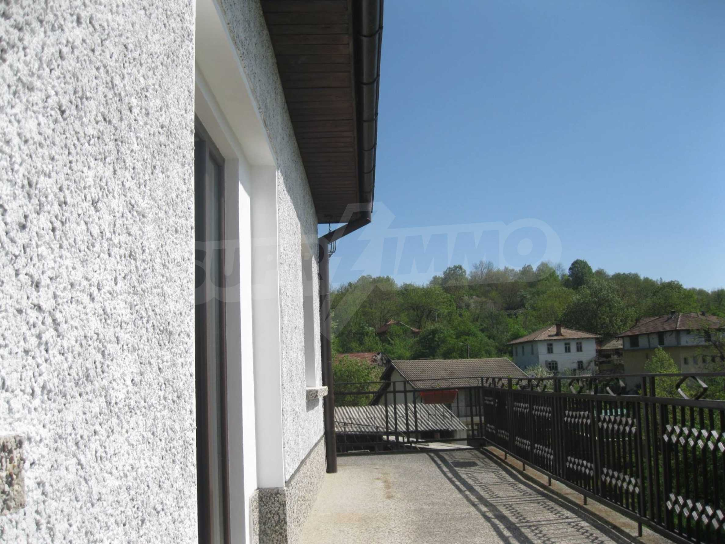 Обзаведена голяма двуетажна къща в село на 9 км от Габрово 42