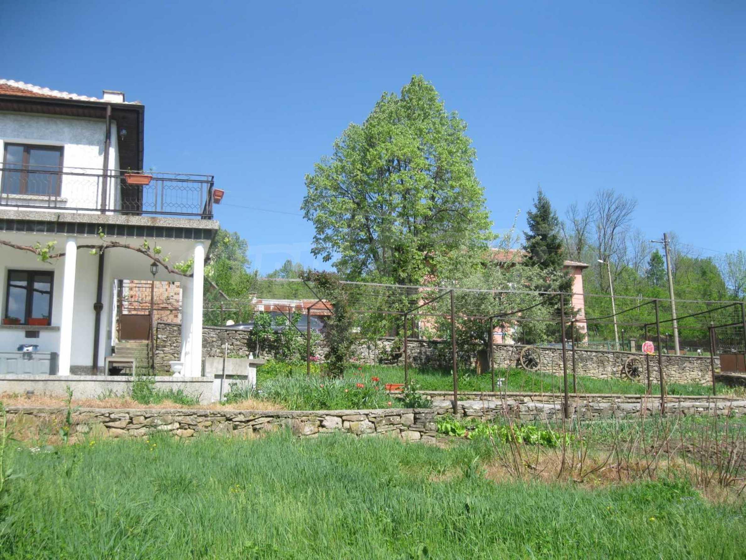Обзаведена голяма двуетажна къща в село на 9 км от Габрово 4