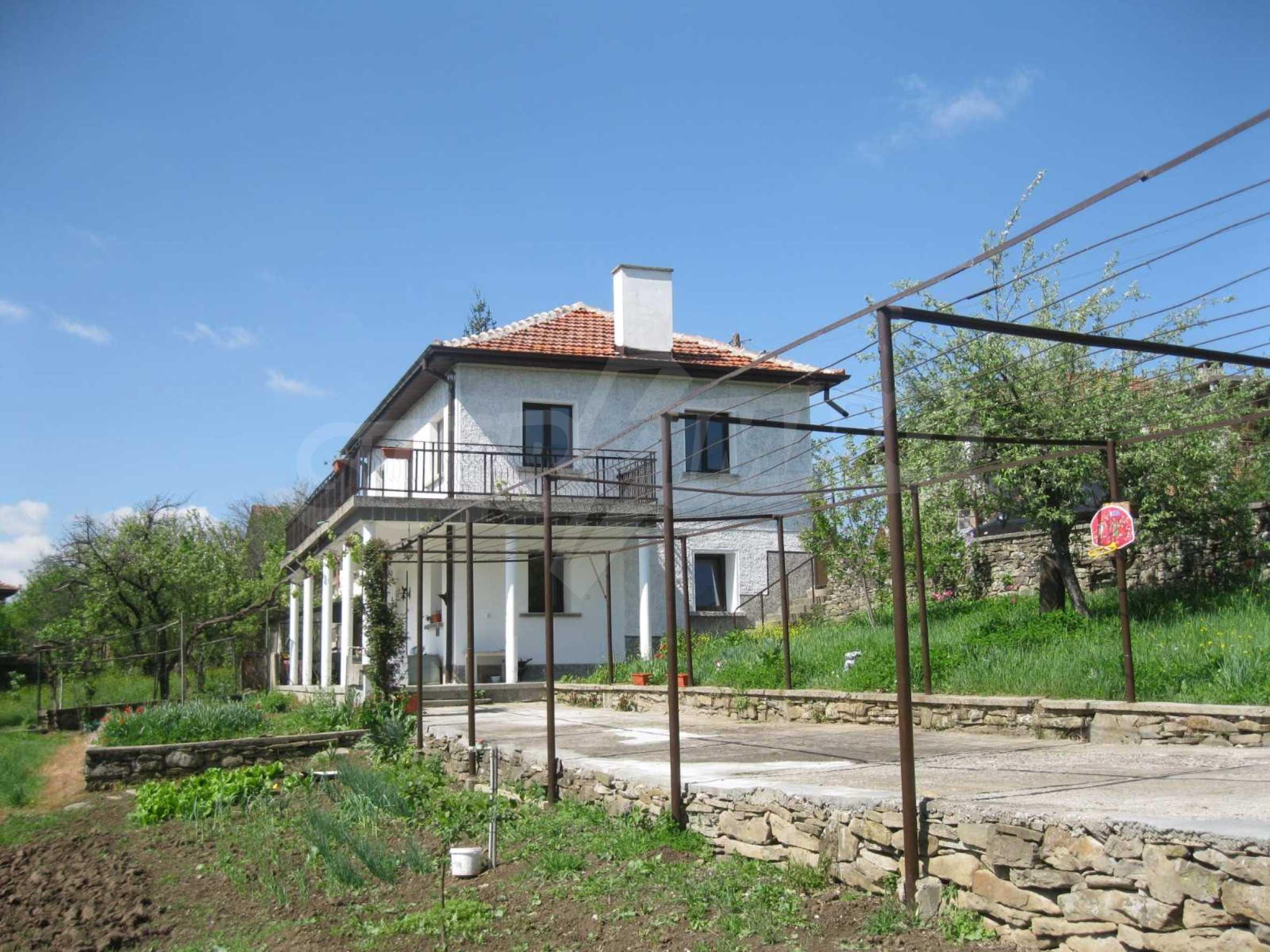 Обзаведена голяма двуетажна къща в село на 9 км от Габрово 5