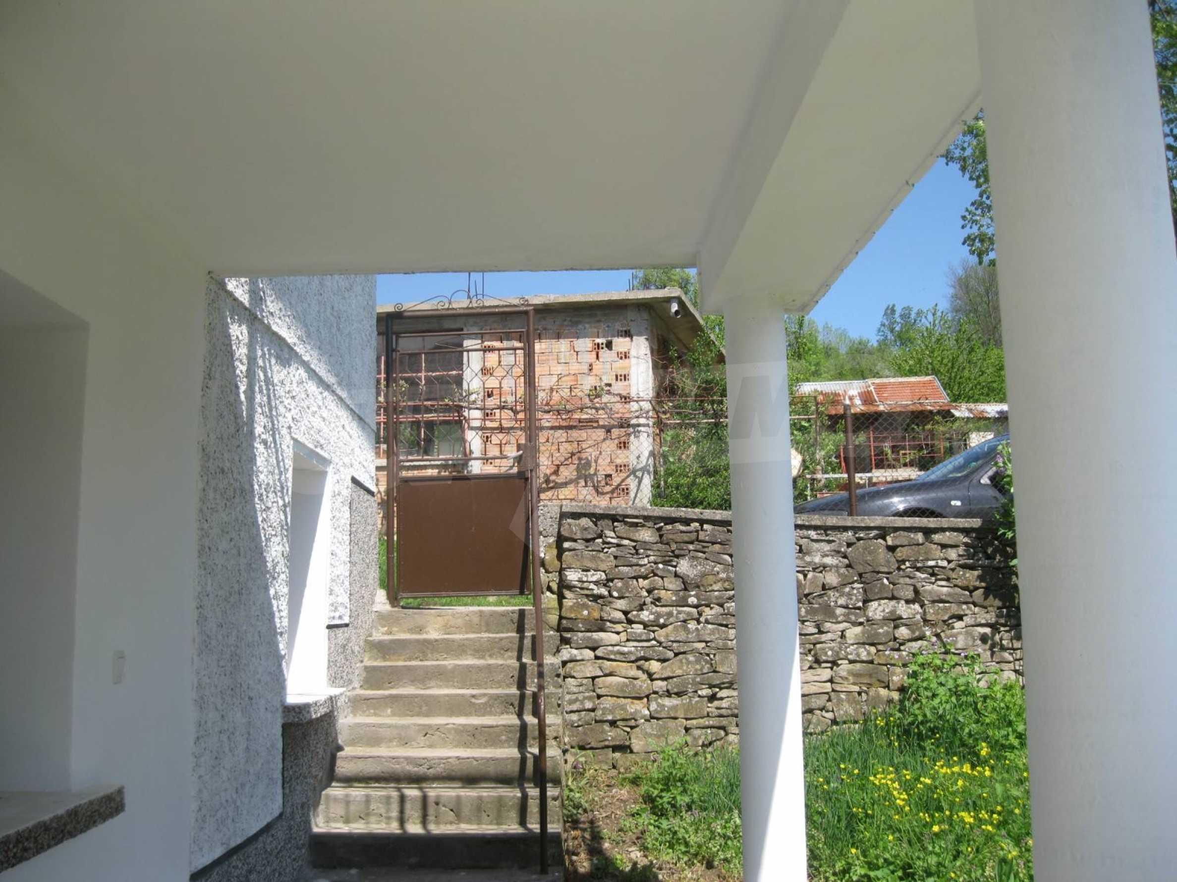 Обзаведена голяма двуетажна къща в село на 9 км от Габрово 7