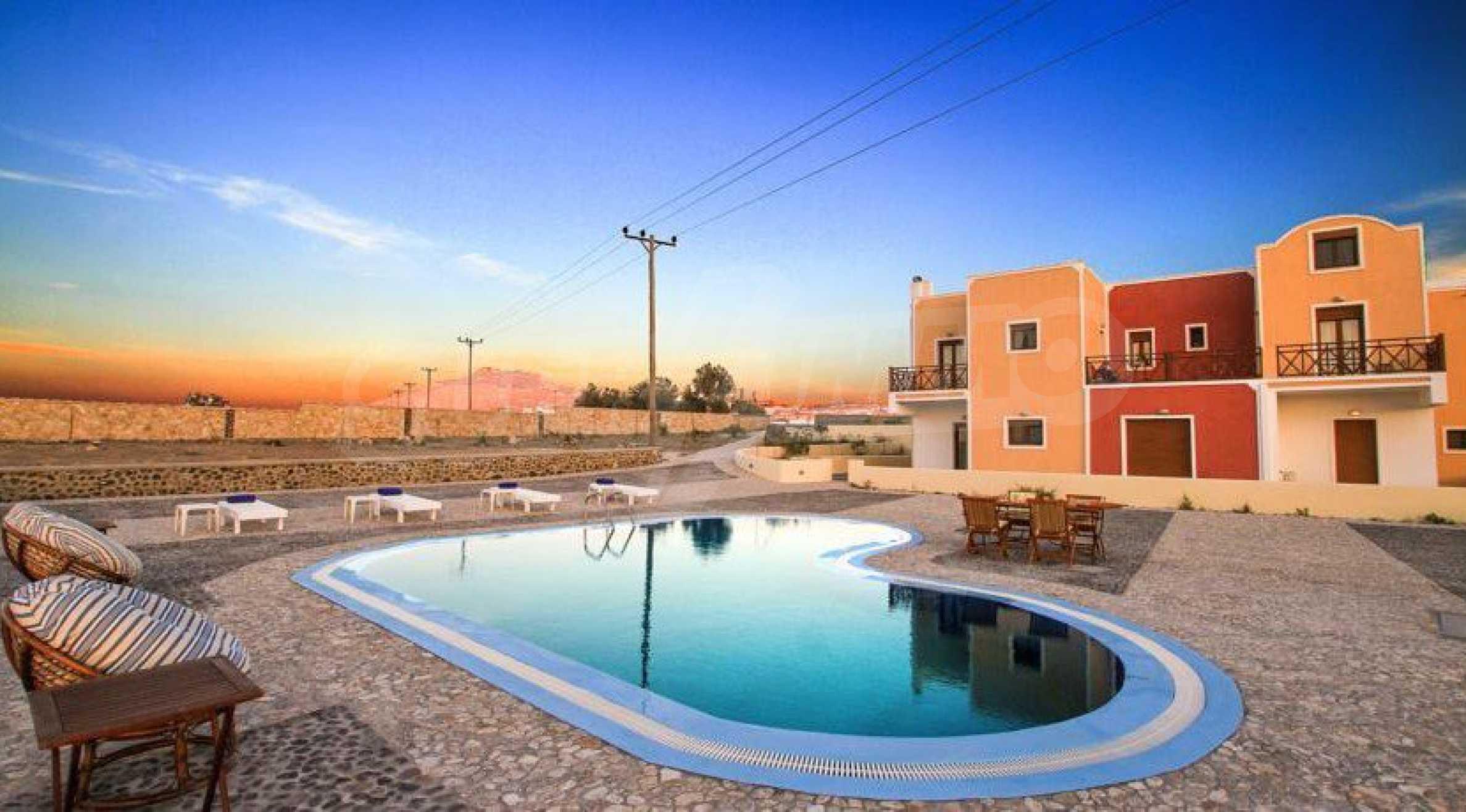 Двуетажна резиденция с открит басейн и изглед към Егейско