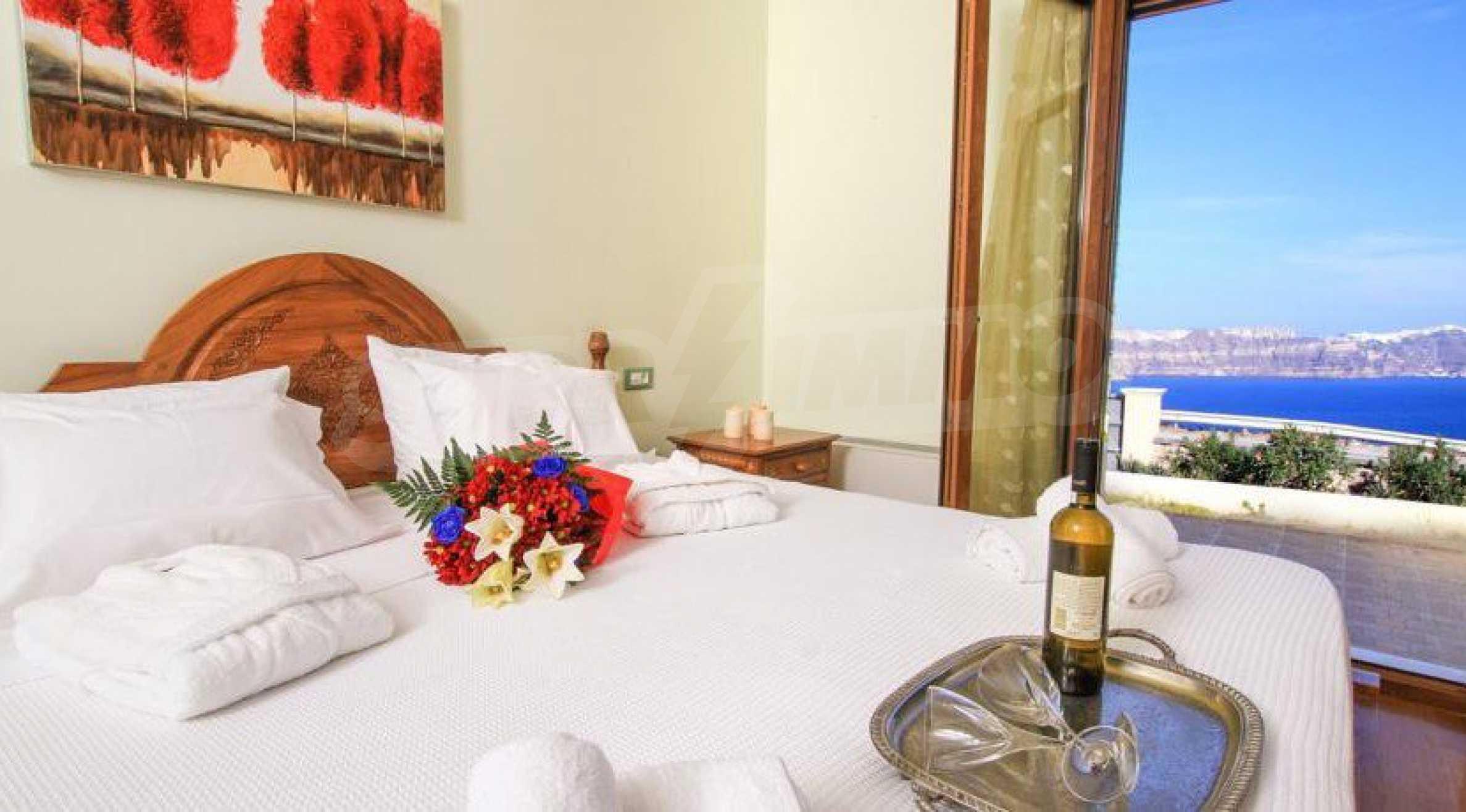Двуетажна резиденция с открит басейн и изглед към Егейско 14
