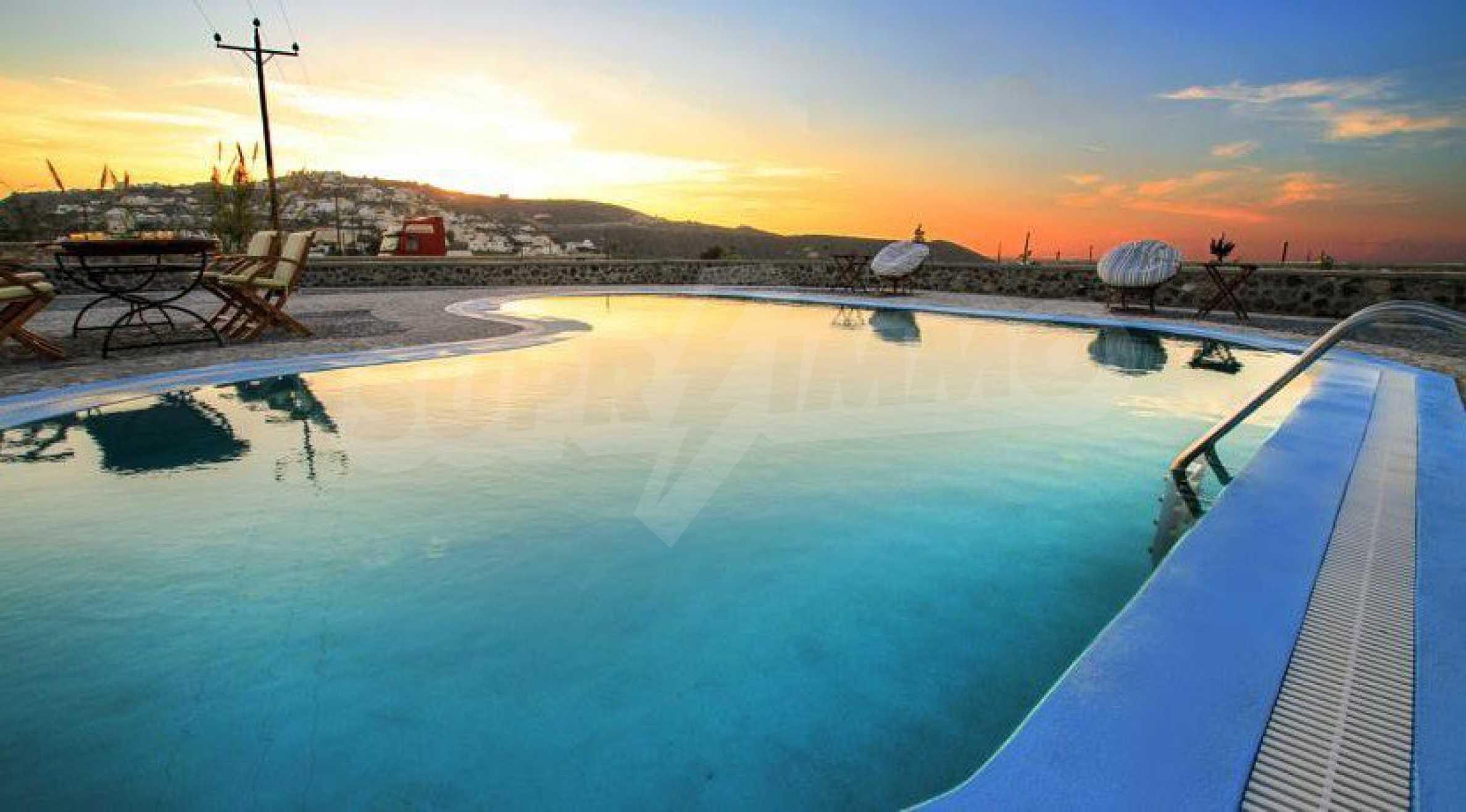 Двуетажна резиденция с открит басейн и изглед към Егейско 18