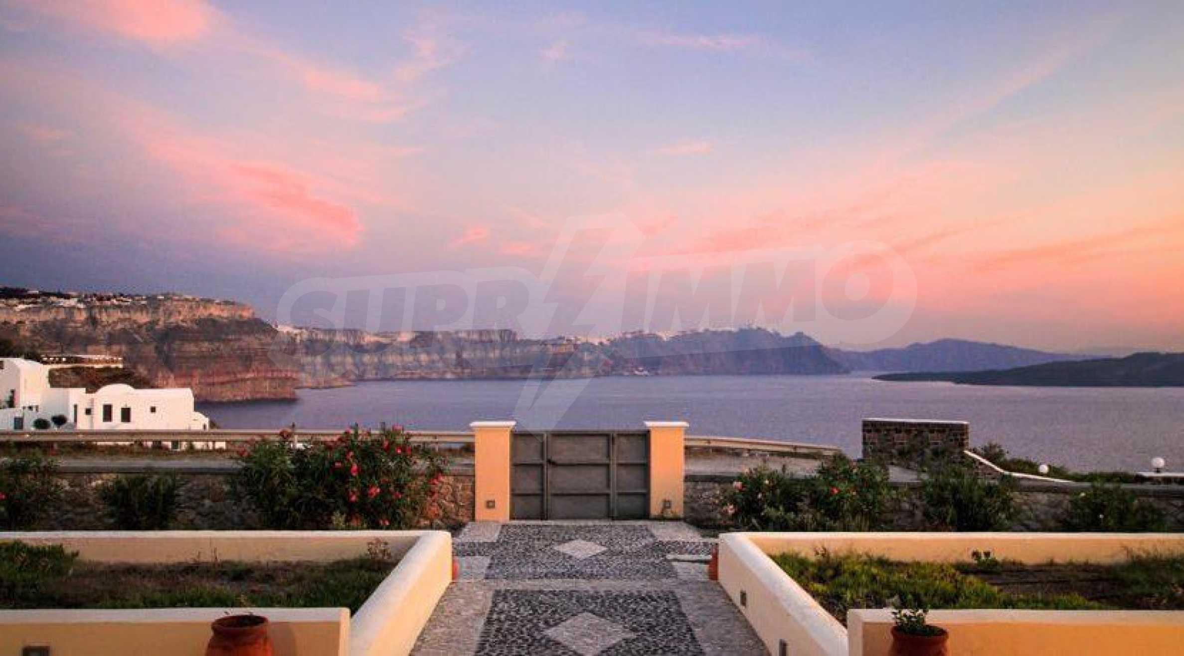 Двуетажна резиденция с открит басейн и изглед към Егейско 21