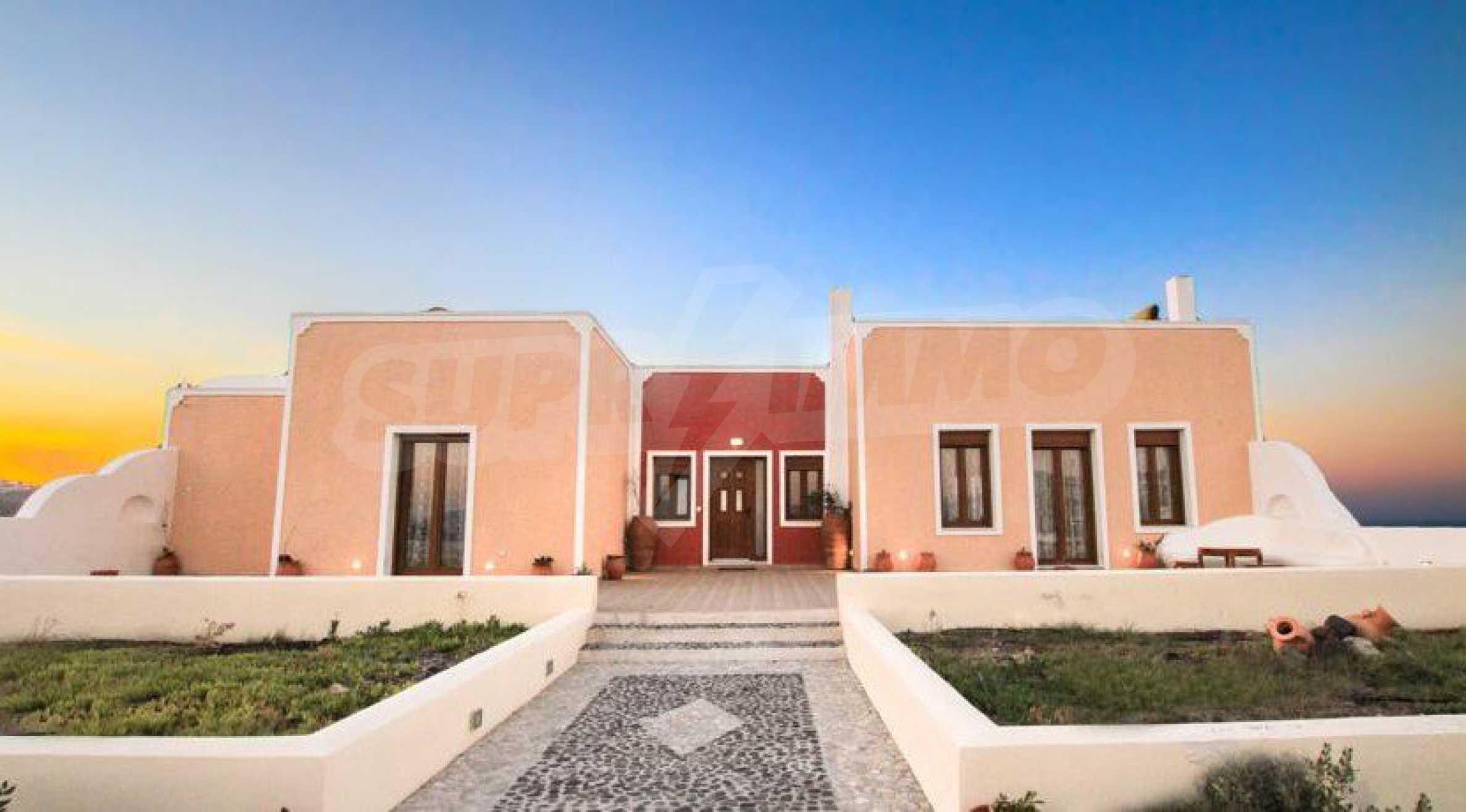 Двуетажна резиденция с открит басейн и изглед към Егейско 2