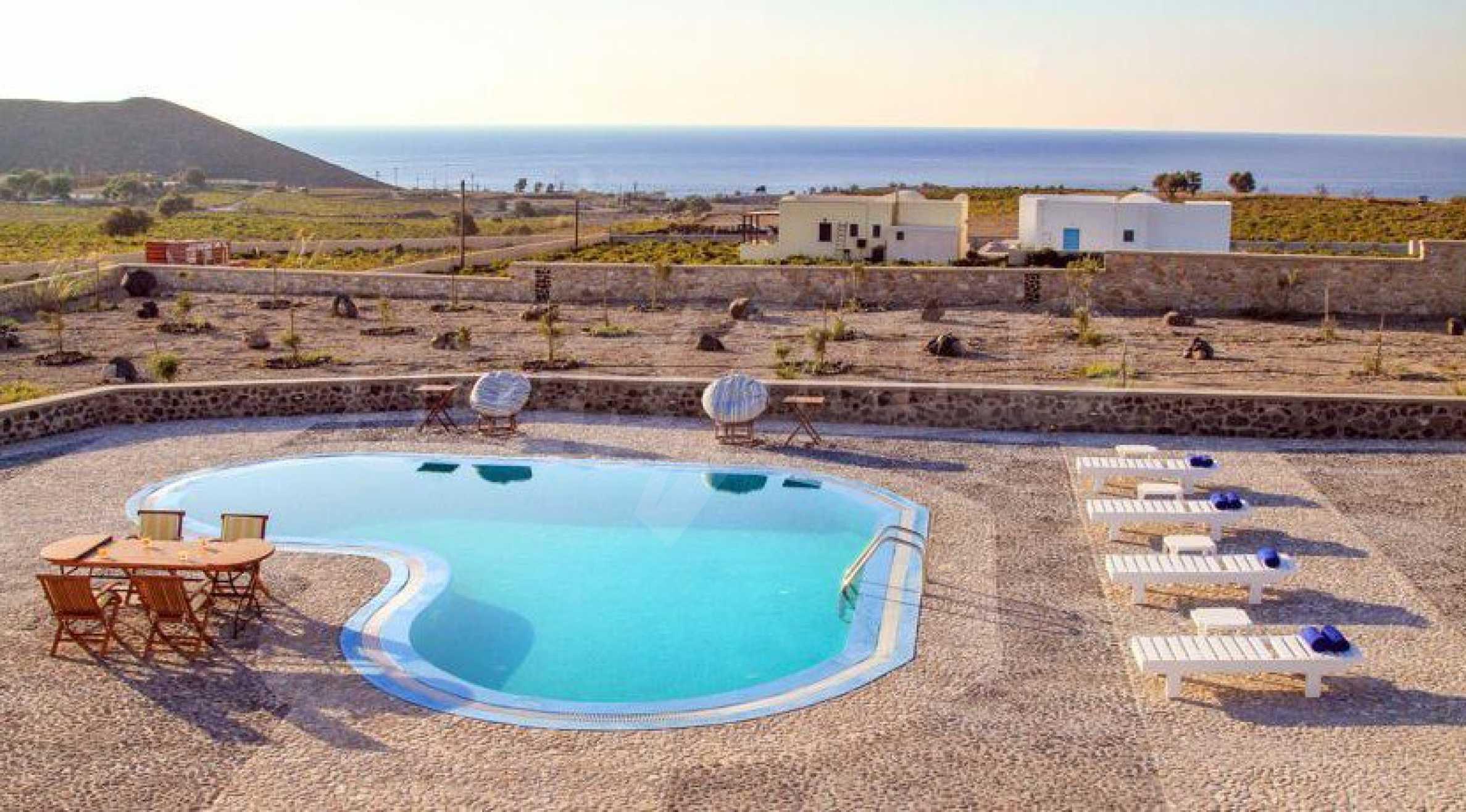 Двуетажна резиденция с открит басейн и изглед към Егейско 3
