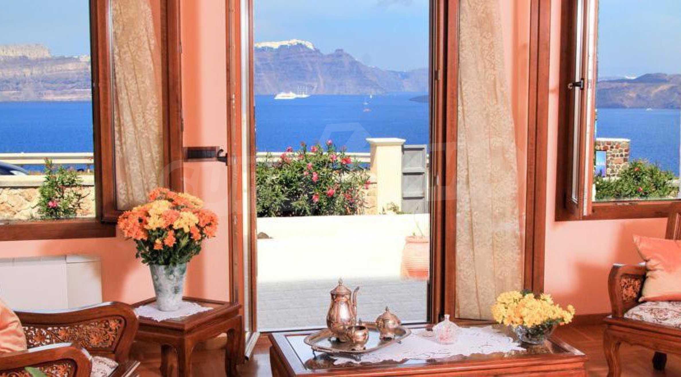 Двуетажна резиденция с открит басейн и изглед към Егейско 8