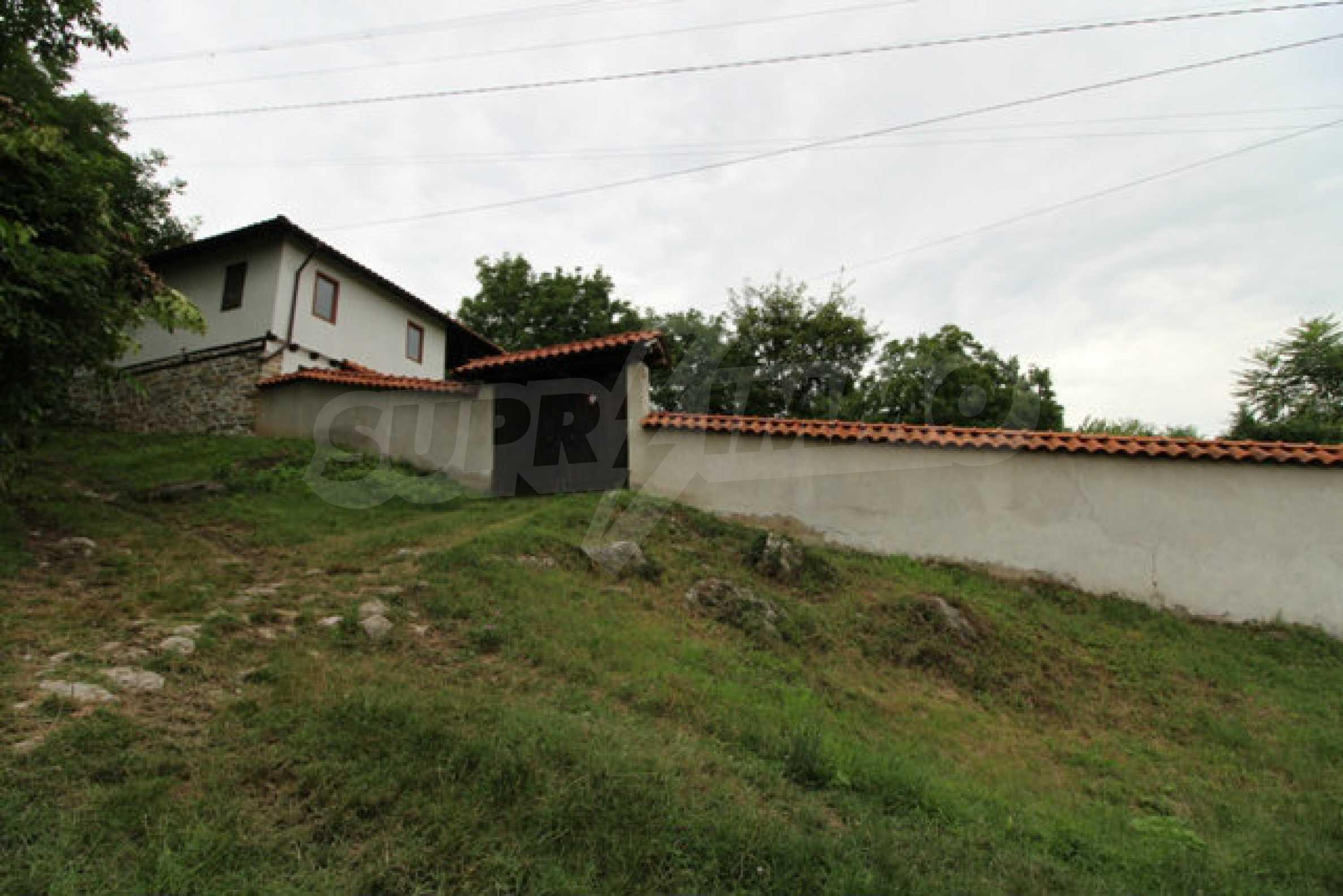 Реновирана двуетажна къща с двор само на 13 км от град Ловеч 48