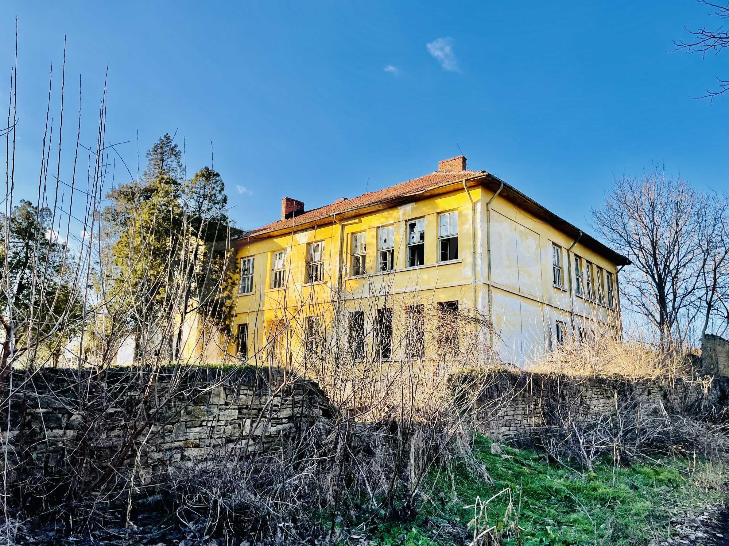 Масивна двуетажна  сграда на 27 км от Велико Търново